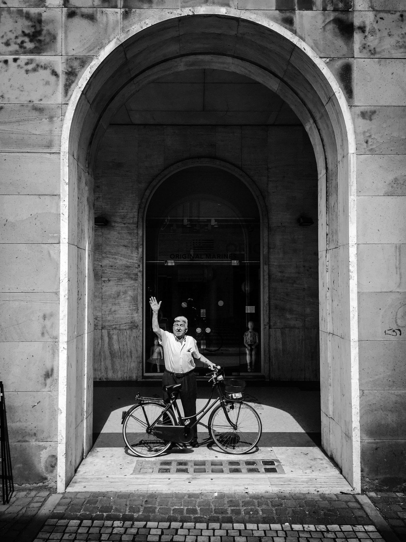 Via Laurenti, Sunday Morning, greeting people on their way to church. Rovigo 2017
