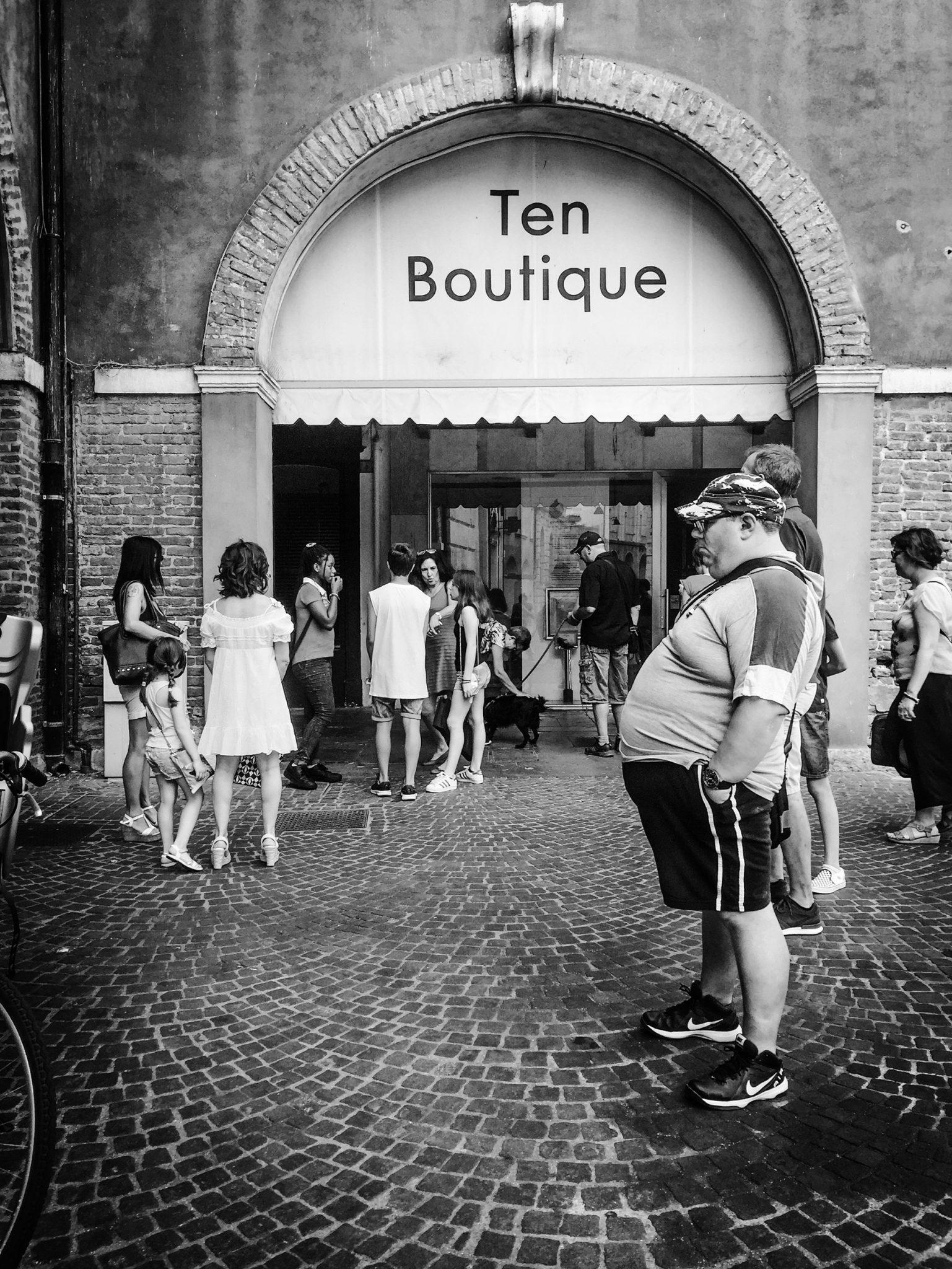 Sunday in Piazza Vittorio, people queueing for ice cream. Rovigo, 2017