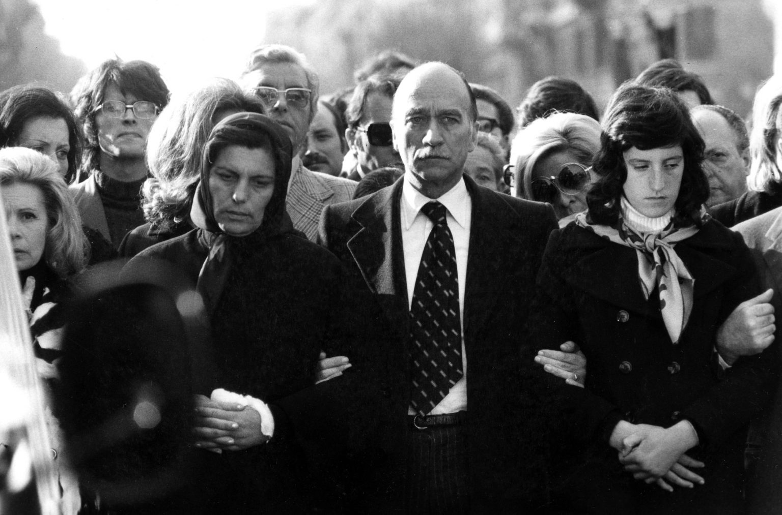 primavalle-omicidio-fratelli-mattei-funerali-fratelli-mattei-giorgio-almirante-con-la-signora-anna-maria-mattei