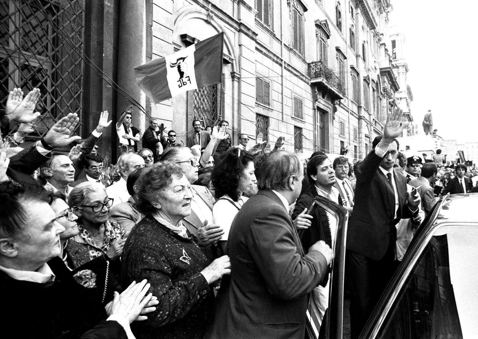 24-maggio-1988-santagnese-in-agone-in-funerali-di-giorgio-almirante-msi-dn-saluto-romano-fascismo-gianfranco-fini-neofascismo-neofascisti-saluto-romano