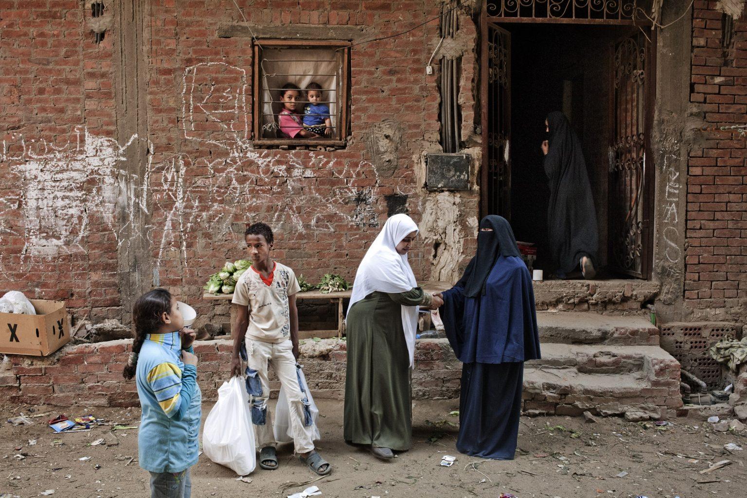 cairo-aprile-2011-imen-37-anni-sorella-musulmana-da-oltre-20-anni-e-ritratta-nel-quartiere-periferico-la-hagana-del-cairo-mentre-raggiunge-le-famiglie-piu-povere-del-quartiere-per-distribuire-i