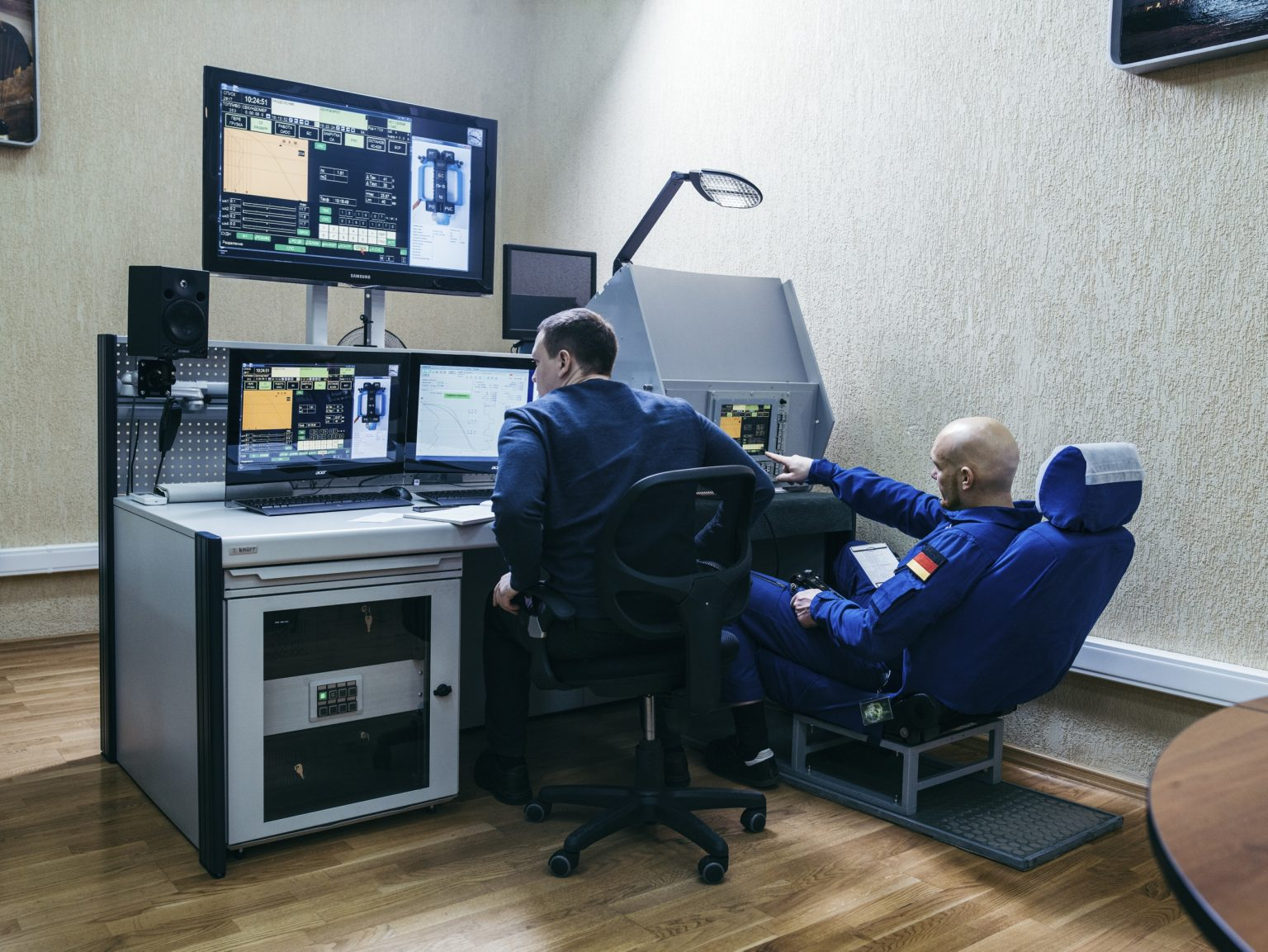 Alexander Gerst during a Soyuz Rocket simulation. Soyuz is the name by which a series of vehicles was developed for the space program of the Soviet Union is known. The first manned flight took place on April 23, 1967, ended with the death of pilot Vladimir Komarov. Since 2011, the year in which the Space Shuttle service ended, waiting for the new generation of space craft, the Soyuz is the only spacecraft capable of transporting astronauts to the International Space Station. Star City, Russia, 2018