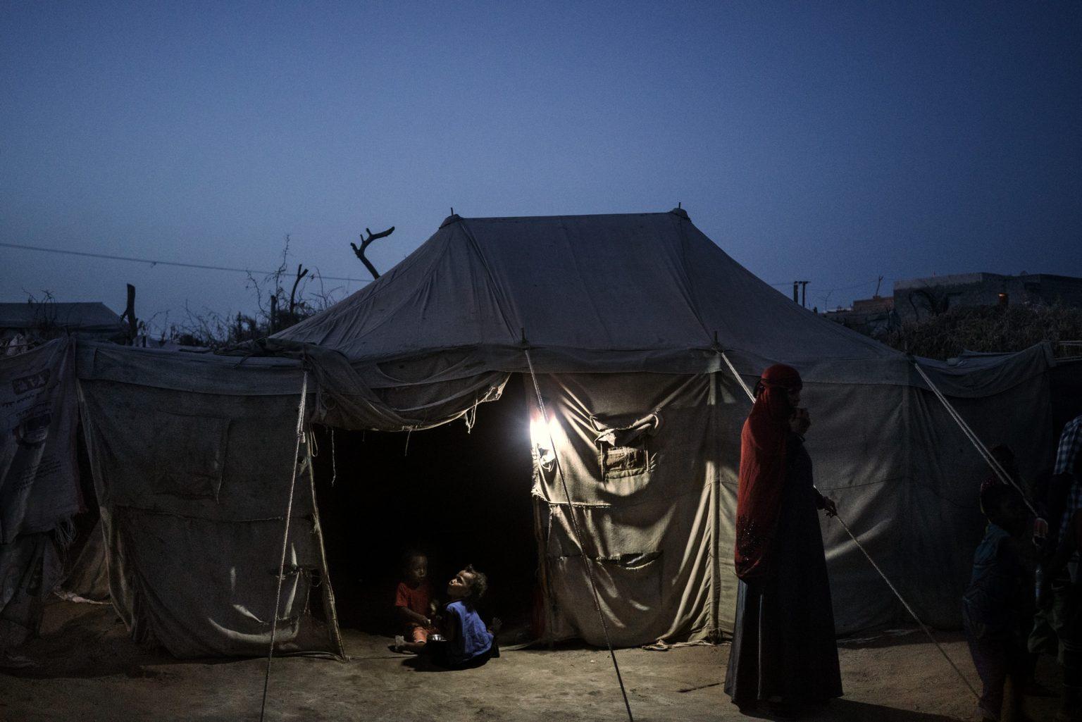 Aden, Yemen, May 20th, 2018 - The tent of Salah Galib, 13, in the IDP camp in Mishgafa, north of Aden. He was hit by a mortar while tending the family goats in his village near the city of Taiz. Now he lives with his aunt. In southern Yemen, a trickle of Yemenis fleeing war in December has grown to more than 140,000 today, with hundreds more abandoning their homes each day. Refugee camps have sprung up across this region, adding pressure on western aid agencies and hospitals while worsening a humanitarian crisis that's already considered the most severe in the world.  Most are running away from clashes near the strategic port city of Hodeidah, controlled by northern rebels but now facing a siege by Yemeni forces aligned with a U.S.-backed coalition, led by Saudi Arabia and the United Arab Emirates.  >< Aden, Yemen, 20 maggio 2018 - La tenda dove vive Salah Galib, 13 anni, nel campo profughi di Mishgafa, a nord di Aden. Salah è stato ferito da un mortaio mentre si occupava delle capre di famiglia nel suo villaggio vicino alla città di Taiz. Ha perso la mano sinistra e il piede sinistro. Ora vive con la zia nel campo profughi. Nel sud dello Yemen, il flusso di rifugiati in fuga dalla guerra è cresciuto a dismisura nei mesi recenti. Nuovi campi profughi sono sorti in tutto il sud del paese, aggiungendo pressione sul lavoro dell agenzie umanitarie, e andando a  peggiorare una crisi umanitaria che è già considerata la più grave al mondo. La maggior parte dei profughi si allontana dagli scontri nei pressi della città portuale di Hodeidah, controllata dai ribelli del nord, ma al momento di assediata delle milizie yemenite alleate  con la coalizione sostenuta dagli Stati Uniti e guidata dall'Arabia Saudita e dagli Emirati Arabi Uniti.