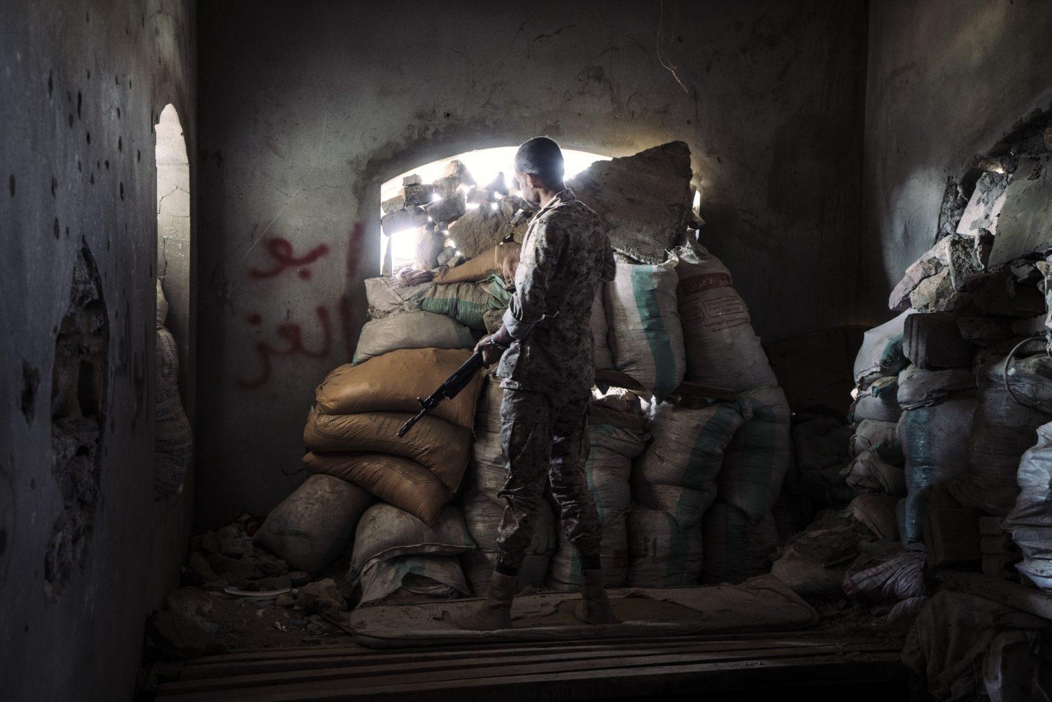 *** SPECIAL   FEE   APPLIES ***Taiz, Yemen, November 2018 -  A militiaman stands in a frontline position in the area called al-Zunuj on the northern front of Taiz. The frontline that encircle the city has not moved significantly in the past two years. Humanitarian aid and supplies can be delivered into the city only through a single road still under the control of the coalition. ><  Taiz, Yemen, Novembre 2018 - Un miliziano si trova in prima linea nell'area chiamata al-Zunuj sul fronte nord di Taiz. La prima linea che circonda la città non si è mossa significativamente negli ultimi due anni. Gli aiuti umanitari e le forniture possono essere consegnati in città solo attraverso un'unica strada ancora sotto il controllo della coalizione.