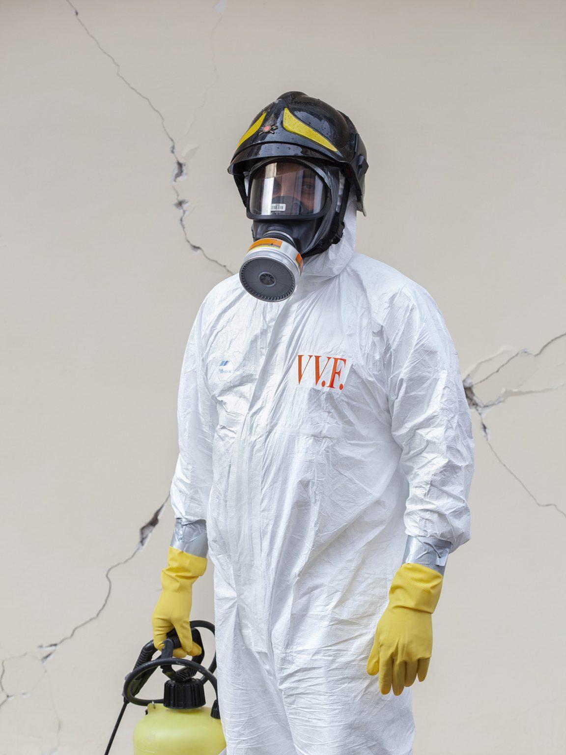 Antonio Magliocco  Membro del Nucleo NBCR dei Vigili del Fuoco - il gruppo specializzato chiamato a intervenire quando esiste un pericolo di contagio da sostanze nucleari, biologiche, chimiche o radiologiche - durante un'operazione di bonifica in un'abitazione.