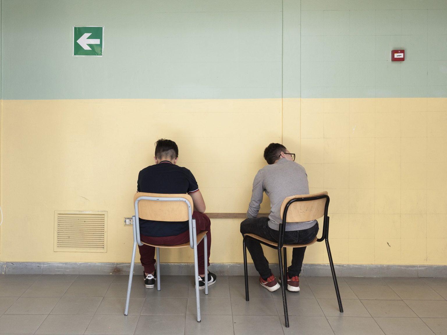 Due studenti all'interno dell'istituto comprensivo Sciascia nello ZEN 1, a Palermo. Qui, il tasso di abbandono scolastico è tra i maggiori in Italia.  Two students in the Sciascia comprehensive institute in ZEN 1, in Palermo. Here, the school dropout rate is among the highest in Italy.