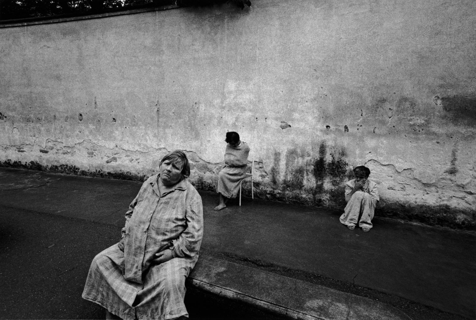 """Florence, 1968-1969 - Patients of the mental institution in the yard. ><  Firenze, 1968-1969 - Alcune pazienti dell'istituto psichiatrico nel cortile.<p><span style=""""color: #ff0000""""><strong>*** SPECIAL   FEE   APPLIES ***</strong></span></p>"""