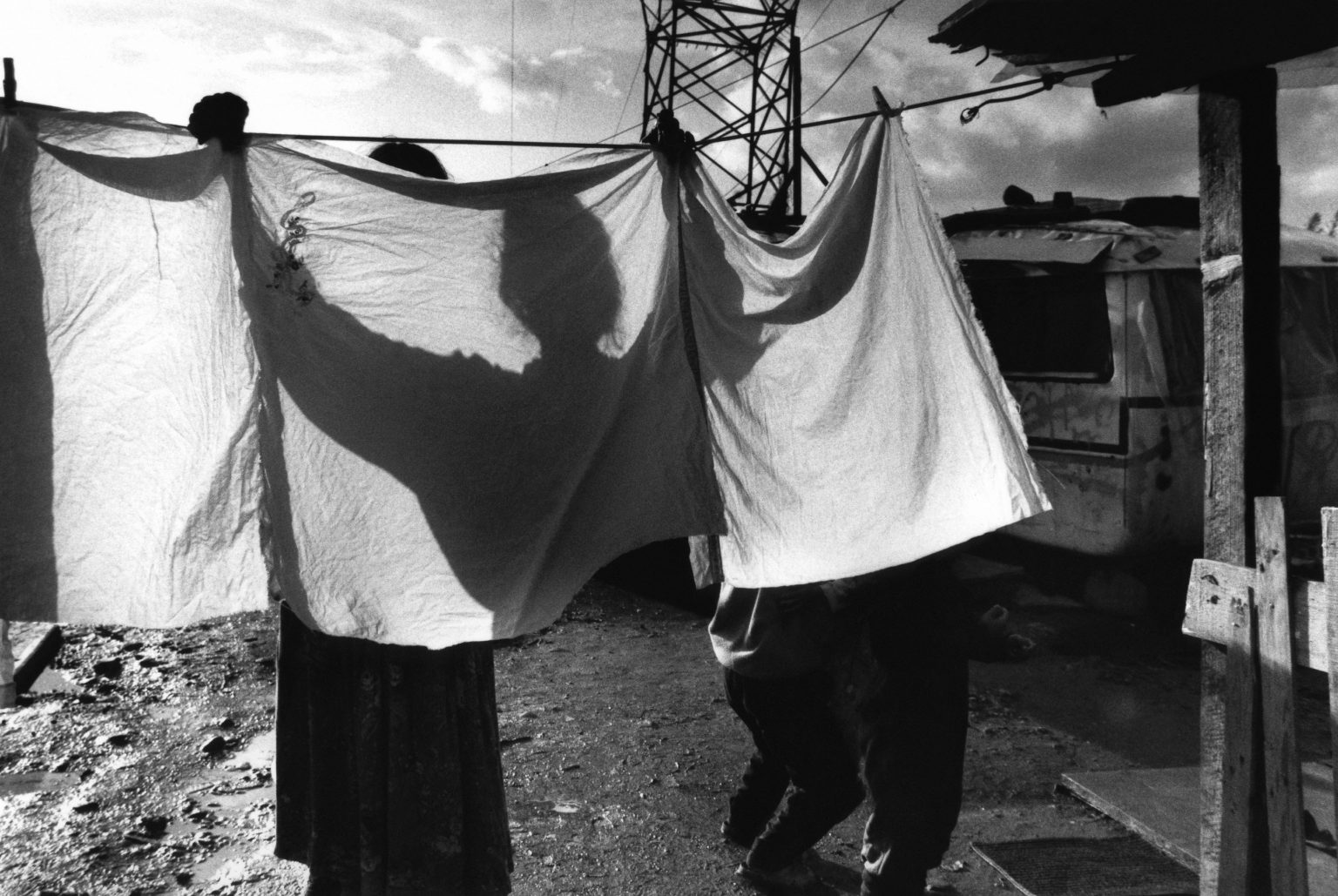 """Florence , 1993 - Nomads' camp - Gipsy woman hanging out the washing >< Firenze , 1993 - Campo nomadi - Zingara stende il bucato<p><span style=""""color: #ff0000""""><strong>*** SPECIAL   FEE   APPLIES ***</strong></span></p>"""