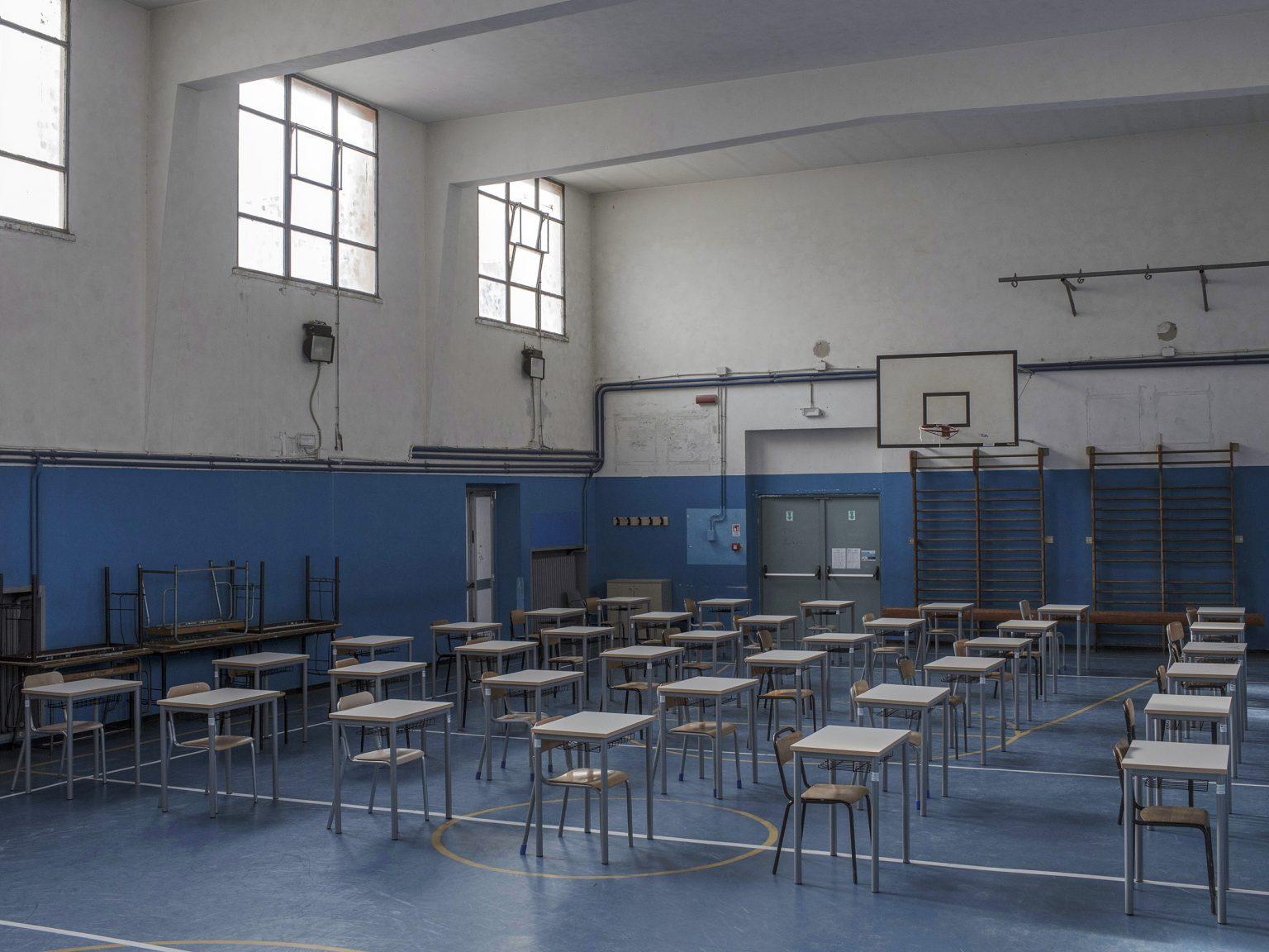 La palestra ora adibita ad aula presso il Liceo classico/linguistico Tito Lucrezio Caro