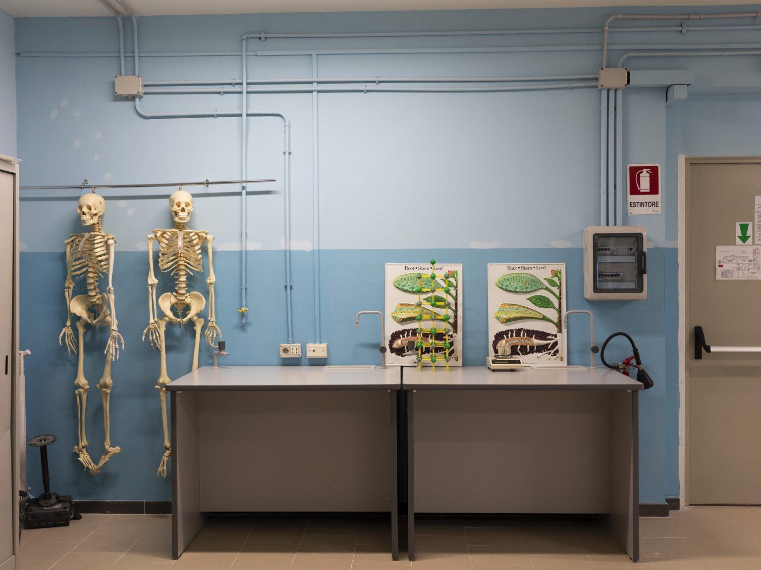 """Uno dei laboratori di biologia dell'Istituto Superiore """"F. Morano"""", a Napoli. La scuola si trova nei pressi di un'importnate piaz di spaccio.  One of the biology laboratories of the """"F. Morano"""" Higher Institute, in Naples. The school is located near an important drug-dealing area."""