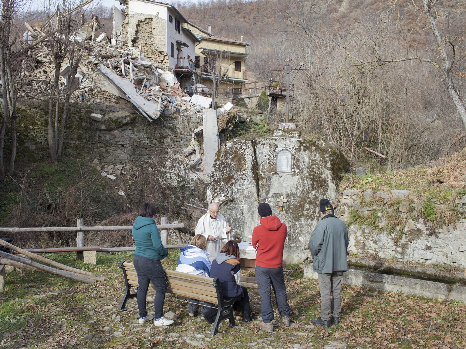 Cossito, dicembre 2016 Don Luigi Aquilini celebra la messa di Natale per alcuni residenti del campo autogestito di Cossito, frazione di Amatrice.