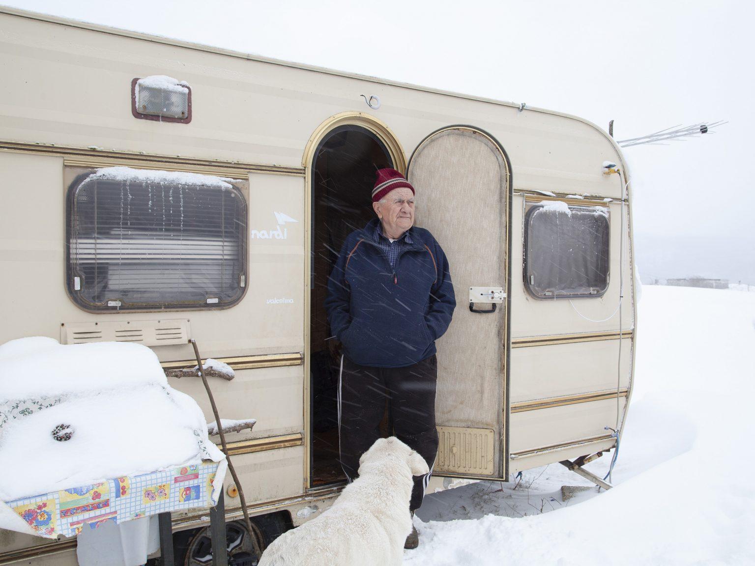 Accumoli, gennaio 2017 Marco Acquistucci, allevatore, nella roulotte che usa per ripararsi quando lavora nel suo terreno.