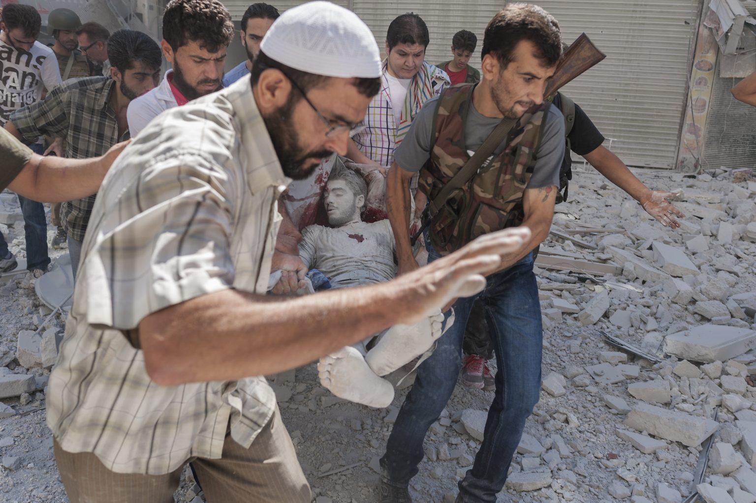 Aleppo, Syria 23rd September 2012 - Rescuers recover the body of a dead man under the rubble of a building bombed by the regime. -------------- Aleppo, Siria 23 settembre 2012 - Soccorritori recuperano il corpo di un uomo morto sotto le macerie di un edificio bombardato dal regime.