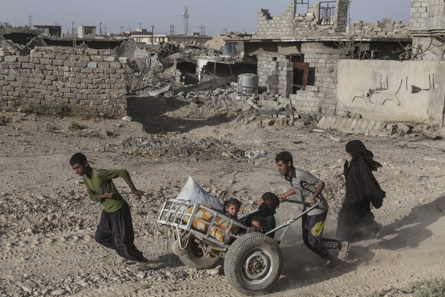 Mosul, Iraq - May 11th 2017 - Mosul's citizens fleeing the violence during the fight between Iraqi troops and Islamic state in the western part of the city. ---------------- Mosul, Iraq - 11 maggio 2017 - I cittadini di Mosul in fuga dalle violenze durante lo scontro tra le truppe irachene e lo Stato islamico nella parte occidentale della città.