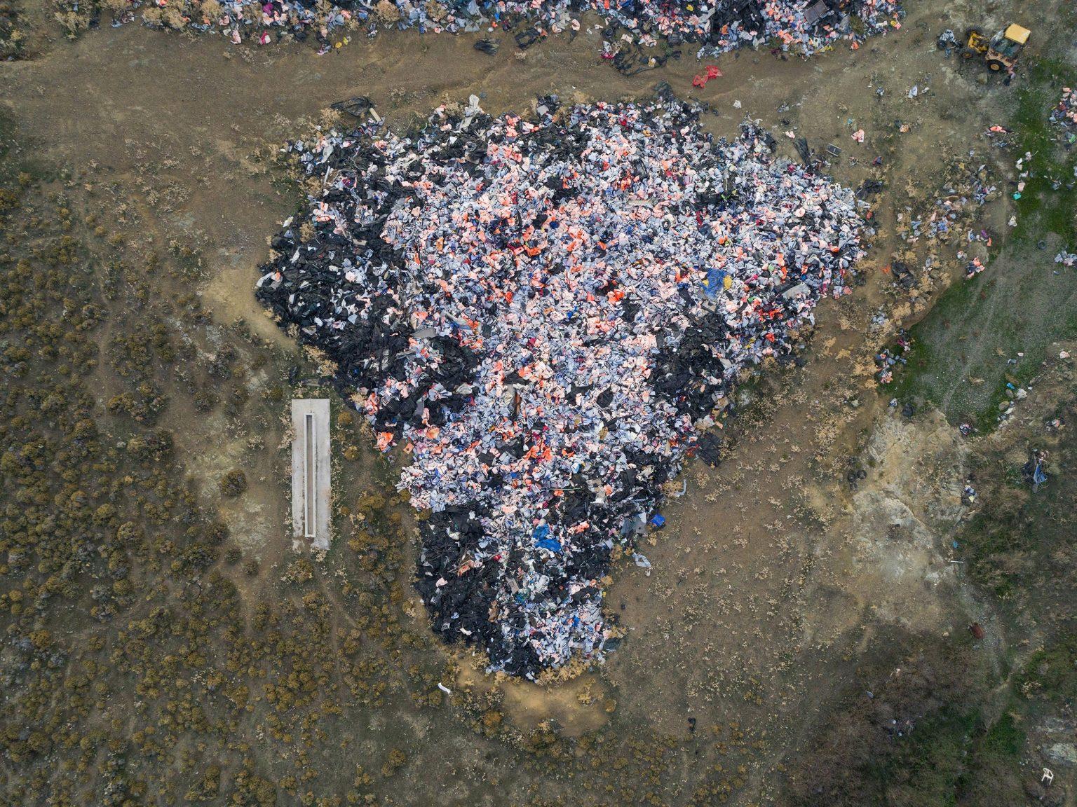 Lesbo, Grecia, 6 novembre 2018. Decine di migliaia di giubbotti salvagente utilizzati dai migranti che attraversano il mare dalla Turchia, si trovano nella discarica municipale di Molinos. La Grecia è il principale porto di ingresso per i migranti dalla Siria, Iraq e Afghanistan. Secondo l'UNHCR, il Paese è stato raggiunto via mare da circa 856.000 persone nel 2015. La maggior parte proviene dalla Turchia utilizzando gommoni non sicuri e sbarca sull'isola di Lesbo.  Lesbos, Greece, 6 November 2018. A tens of thousands of life vests utilized by migrants crossing the sea from Turkey, inside the Molinos municipal dump. Greece is the main port of entry for migrants from Syria, Iraq and Afghanistan. According to UNHCR, the country was reached by sea by about 856,000 people in 2015. Most come from Turkey using unsafe dinghys and land on the island of Lesvos.