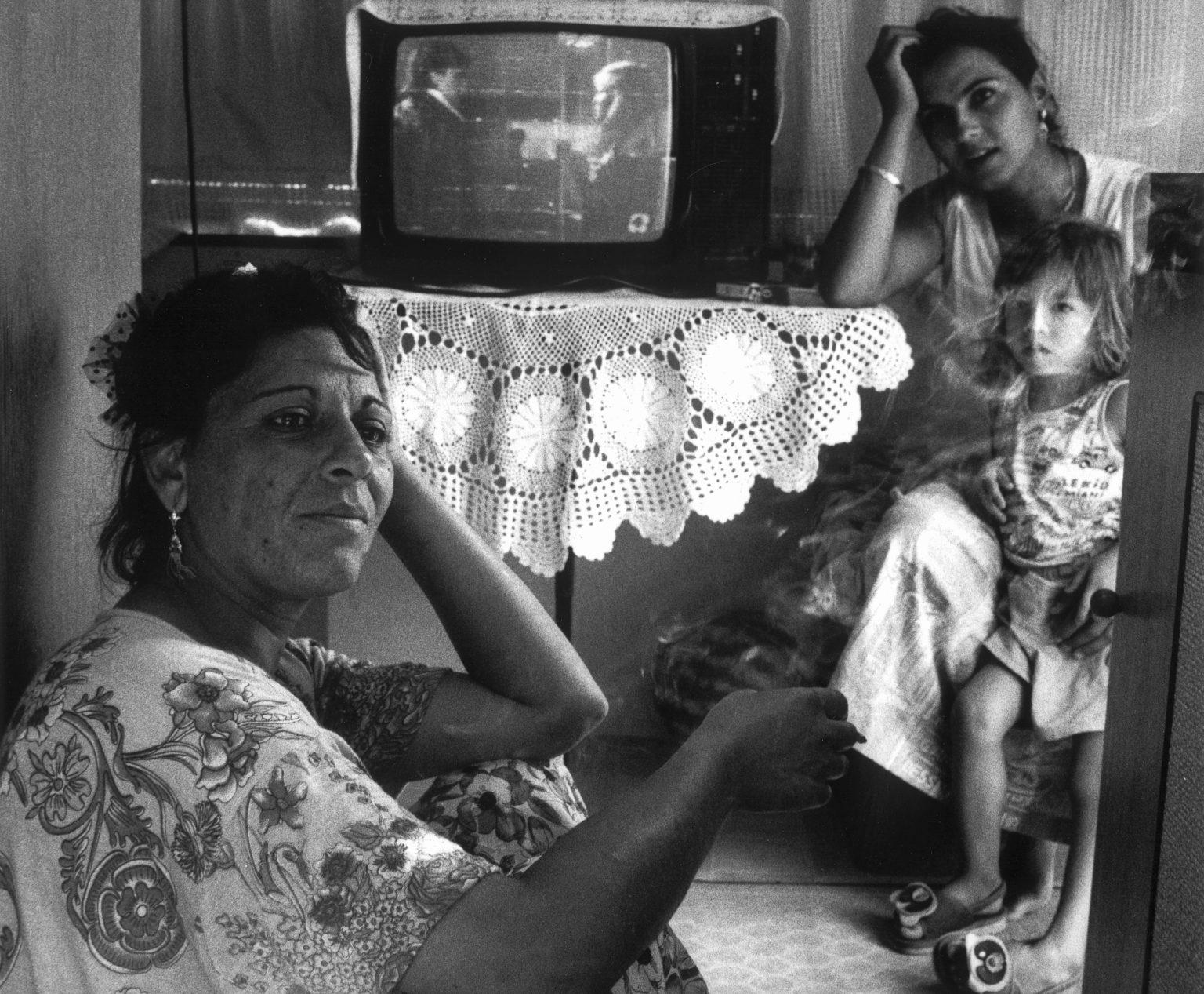 FLORENCE 1993 - GYPSIES . WITHIN THEIR HOME - FIRENZE 1993 - ZINGARI . INTERNO DI UNA ABITAZIONE .
