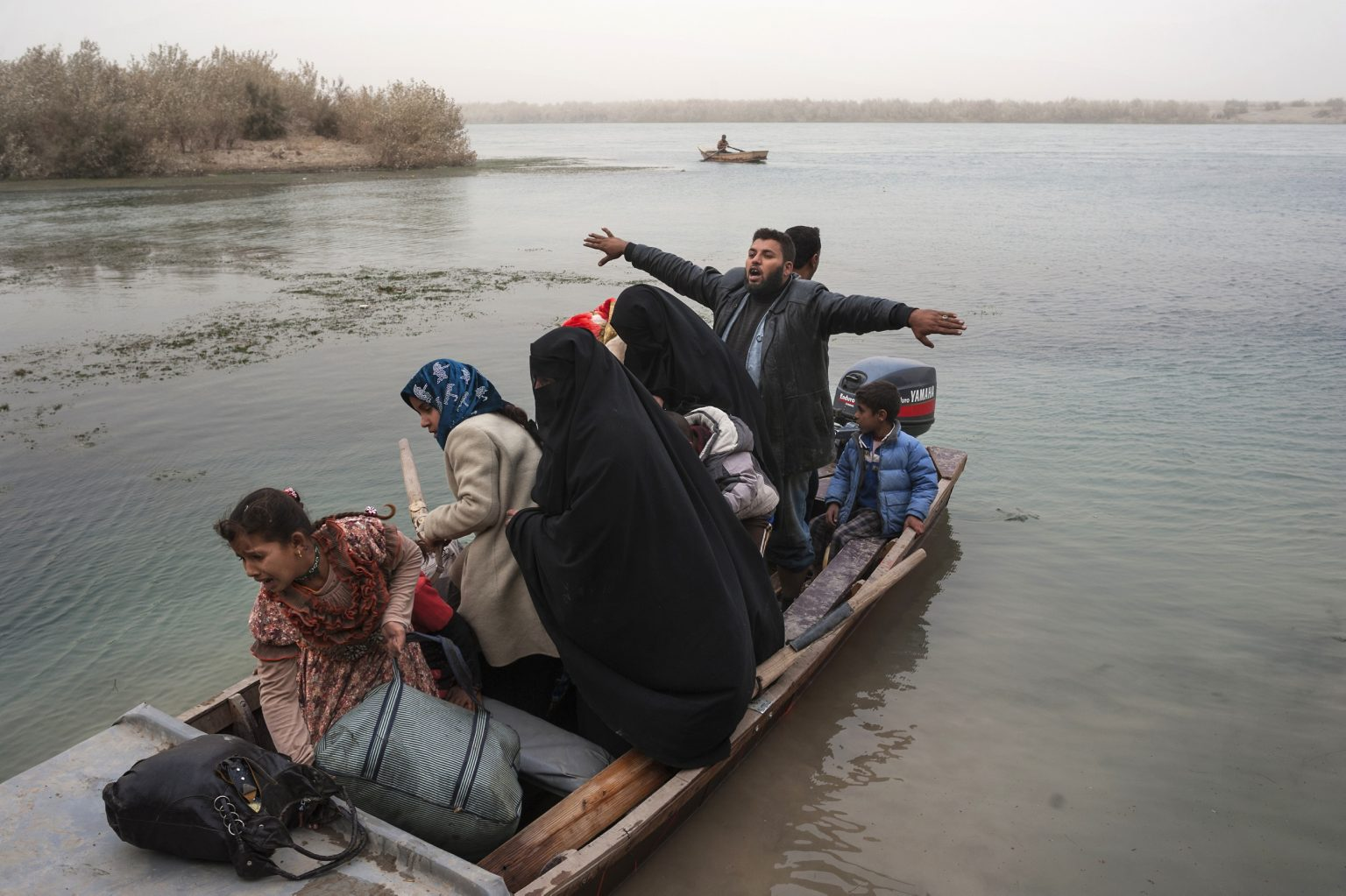 Qayarat Tubiyah, Iraq - November, 1st 2016 - Civilians escaped by the Isis controlled areas crossing the Tigris river to reach the Iraqi army  controlled area. -------------- Qayarat Tubiyah, Iraq - 1 novembre 2016 - Civili fuggiti dalle aree controllate dall'Isis che attraversano il fiume Tigri per raggiungere l'area controllata dall'esercito iracheno.