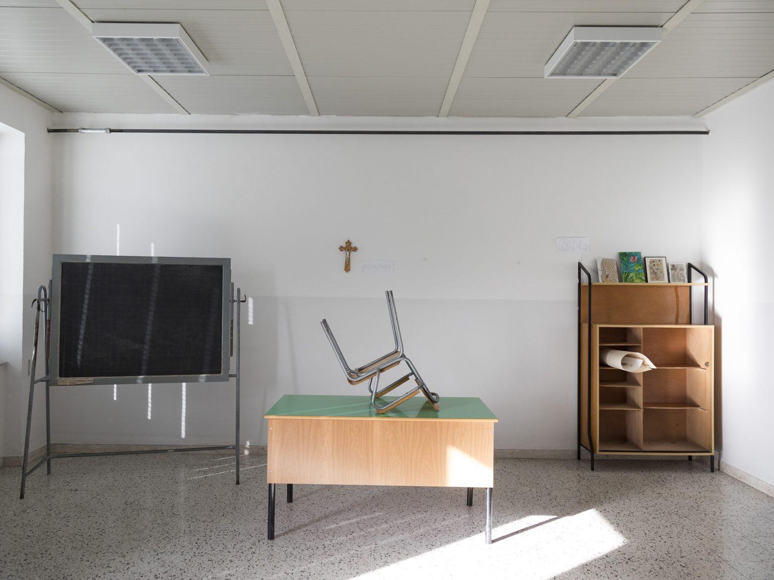 Un'aula non utilizzata nella scuola di Furci, con una sola pluriclasse.  A classroom not used in the Furci school, with only one multi-age class.