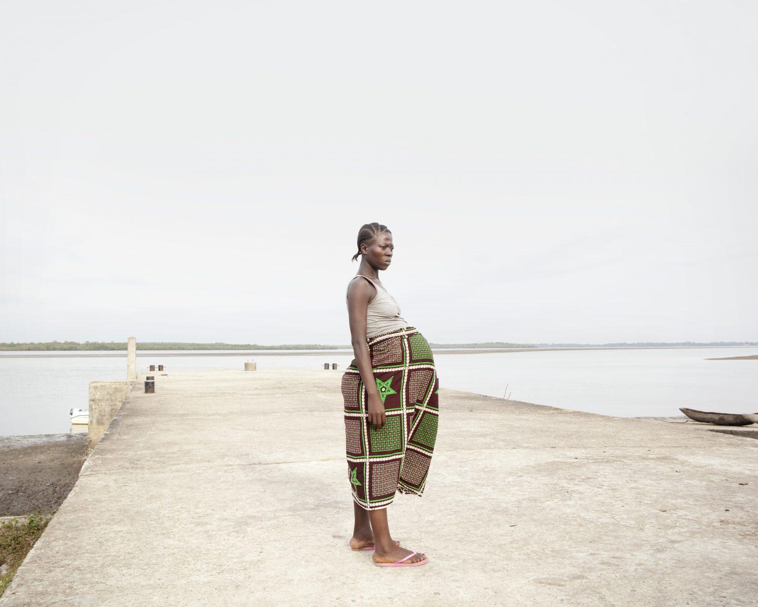 Bonthe District (Sierra Leone). Francess Kenjah, 22, is on her second pregnancy and has faced a seven-hour boat trip to reach the hospital in Bonthe. She will undergo a caesarean section. >< Distretto di Bonthe (Sierra Leone). Francess Kenjah, 22 anni, è alla sua seconda gravidanza e ha affrontato un viaggio di sette ore in barca per raggiungere l'ospedale di Bonthe. Sarà sottoposta a parto cesareo.