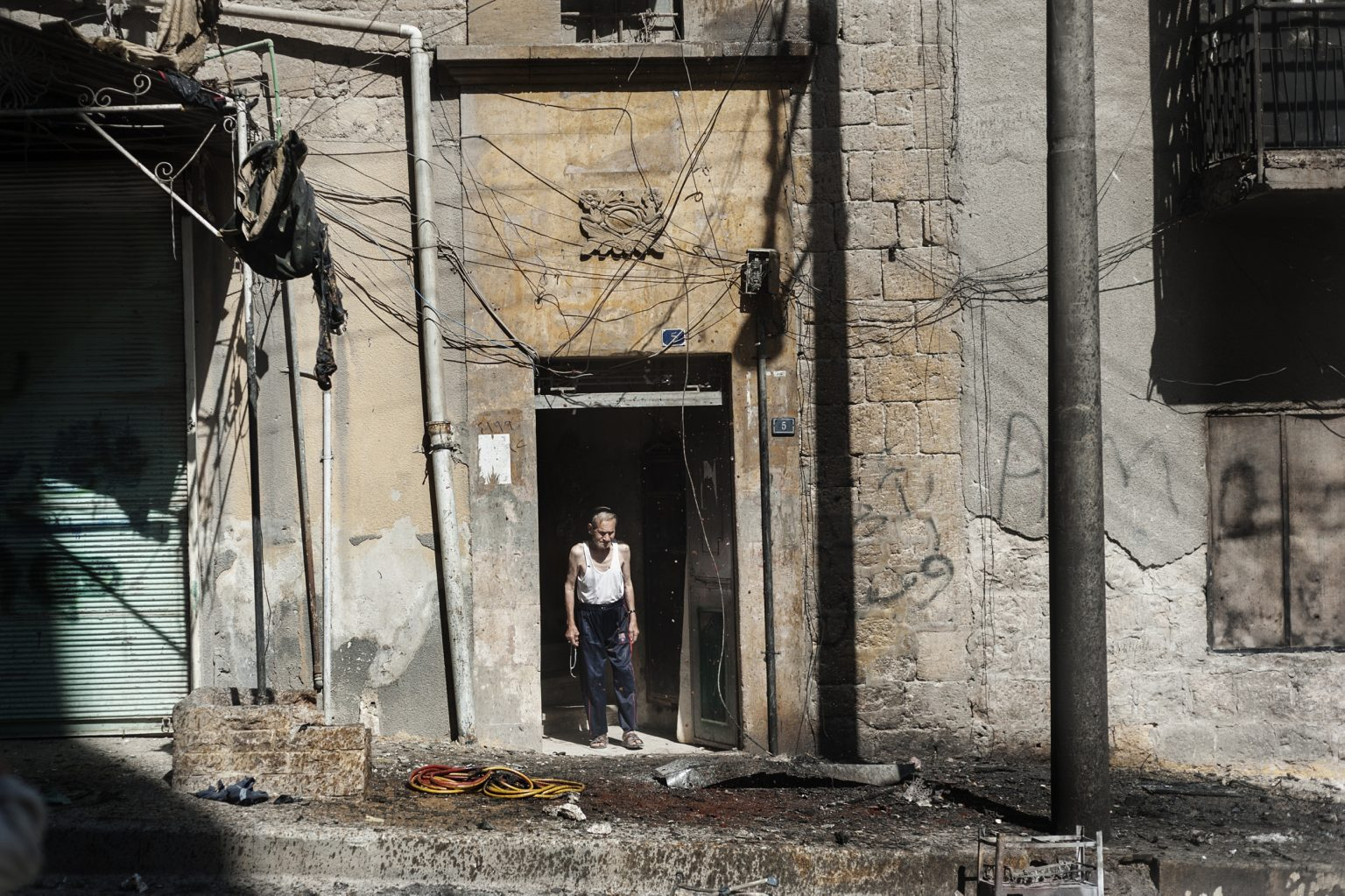 Aleppo, Syria- September 26th 2012 - A man looking out at the entrance to his building after a government bombing --------------- Aleppo, Siria - 26 settembre 2012 - Un uomo che guarda all'ingresso del suo edificio dopo un bombardamento governativo