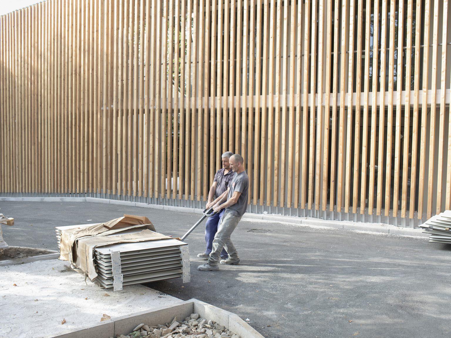 """Amatrice, luglio 2017 Operai lavorano alla costruzione dell'area """"Il Triangolo"""", uno dei due centri commerciali costruiti dopo il sisma."""