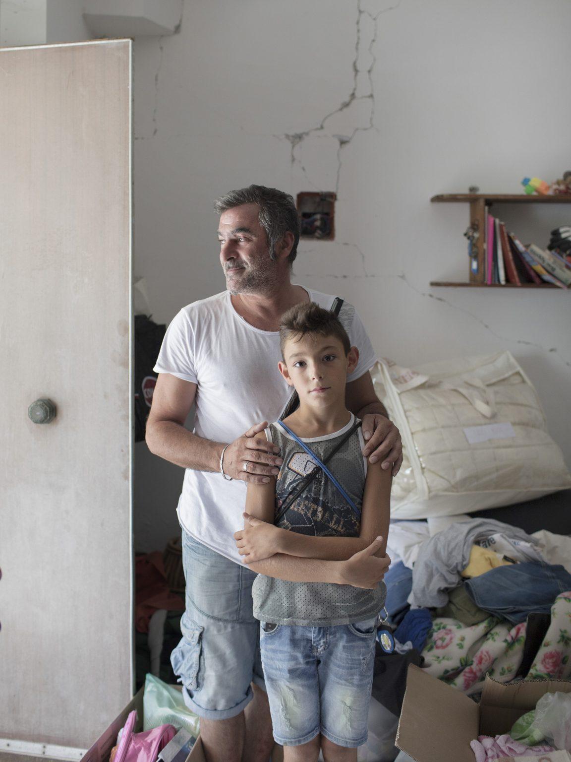 Vincenzo Lauri Vincenzo e il figlio Cristian visitano la casa della nonna a Trisungo, frazione di Arquata del Tronto. La famiglia Lauri ha passato più di un anno in un Hotel a Porto d'Ascoli prima di trasferirsi in una S.A.E. ad Arquata del Tronto.