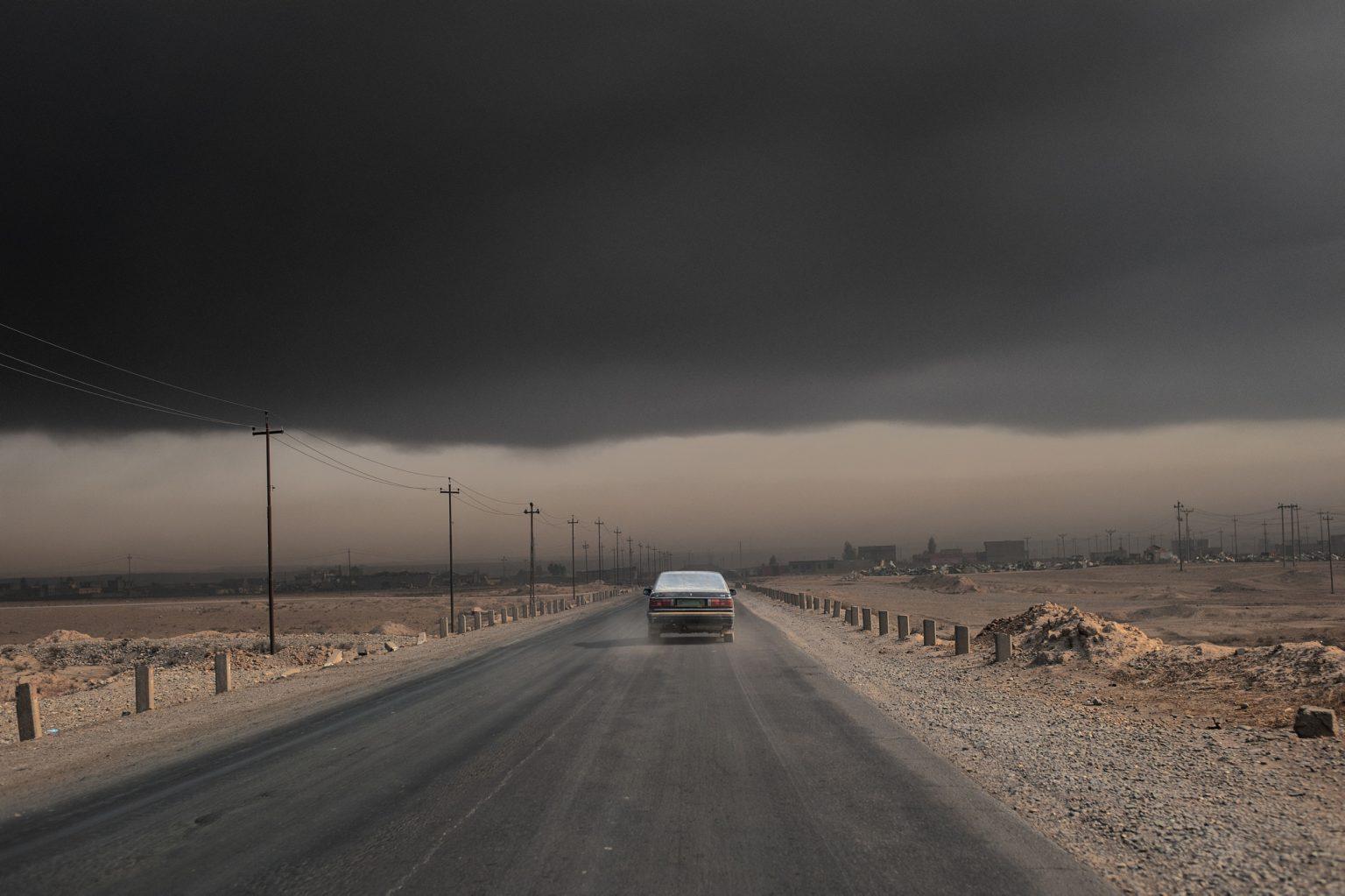 Qayyara, Iraq, November 9th 2?016 - During the battle to retake the city of Mosul a cloud of oil smoke has?  covered the city for mo?nths. The oil town has been th?e object of intense fighting b?etween Iraqi forces and the Islamic State. Before retiring, ?Isis set fire to refineries in? the city, creating an environ?mental disaster. --------------- Qayyara, Iraq, 9 novembre 2 016 - Durante la battaglia per riconquistare la città di Mosul una nuvola di fumo di petrolio ha ricoperto la città per mesi. La città petrolifera è stata oggetto di intensi combattimenti tra le forze irachene e lo Stato islamico. Prima di ritirarsi, Isis ha dato fuoco alle raffinerie della città, creando un disastro ambientale.