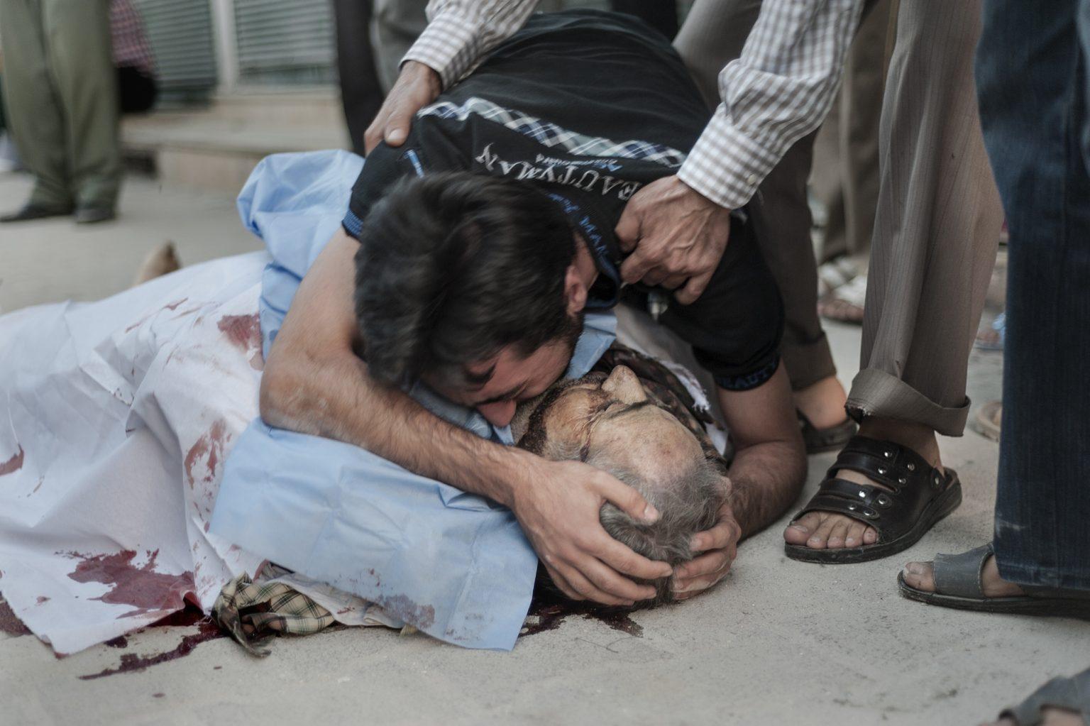 Aleppo, Syria - September 29th 2012 - a man mourns the death of his father, who died in an air raid. ————— Aleppo, Siria 2012 - un uomo piange la morte di suo padre, morto in un raid aereo.