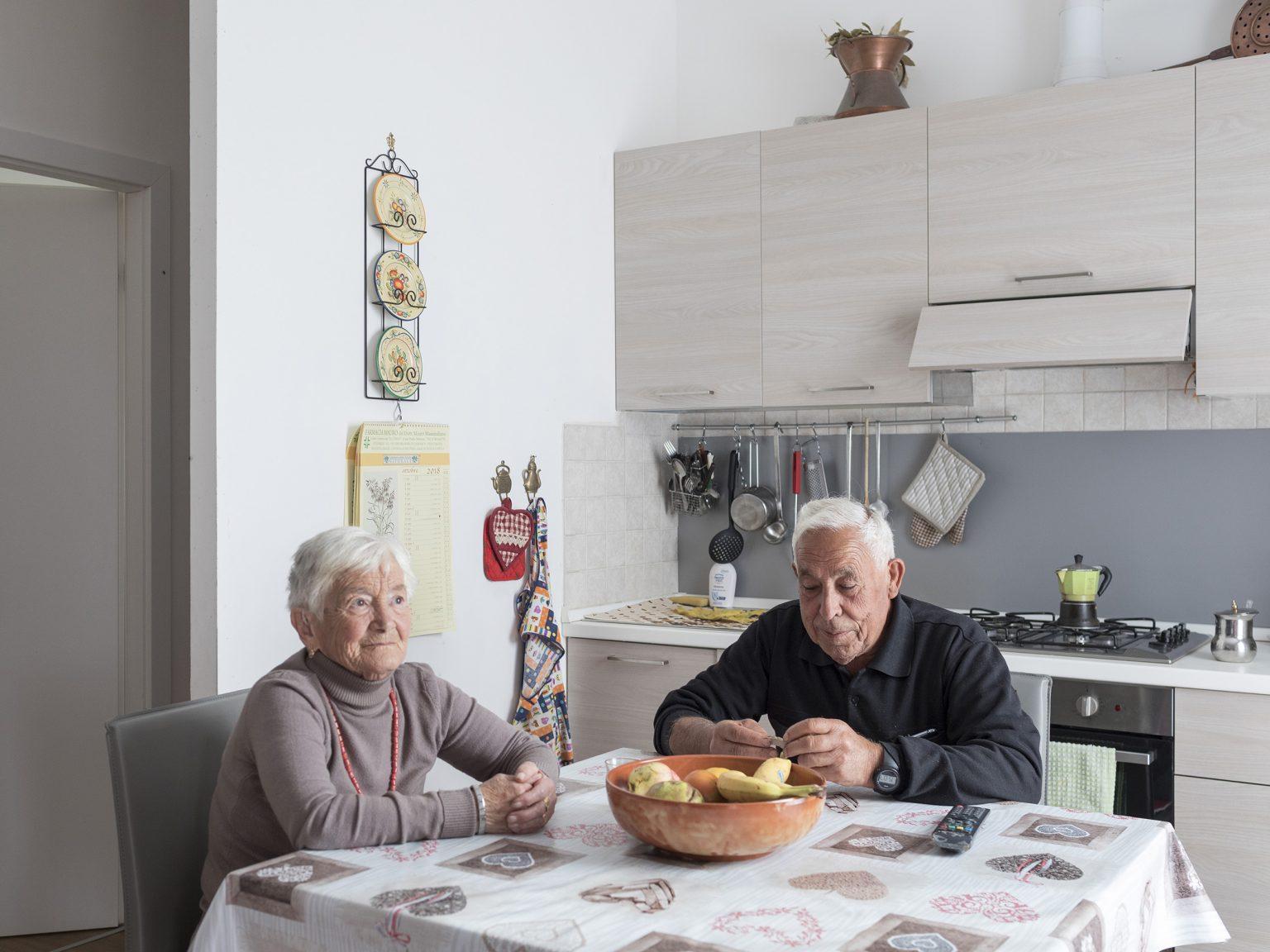Capricchia, ottobre 2018 Vanda e Rinaldo Pini all'interno del loro modulo S.A.E. dopo sette mesi passati in hotel a Martinsicuro, una cittadina costiera in provincia di Teramo.