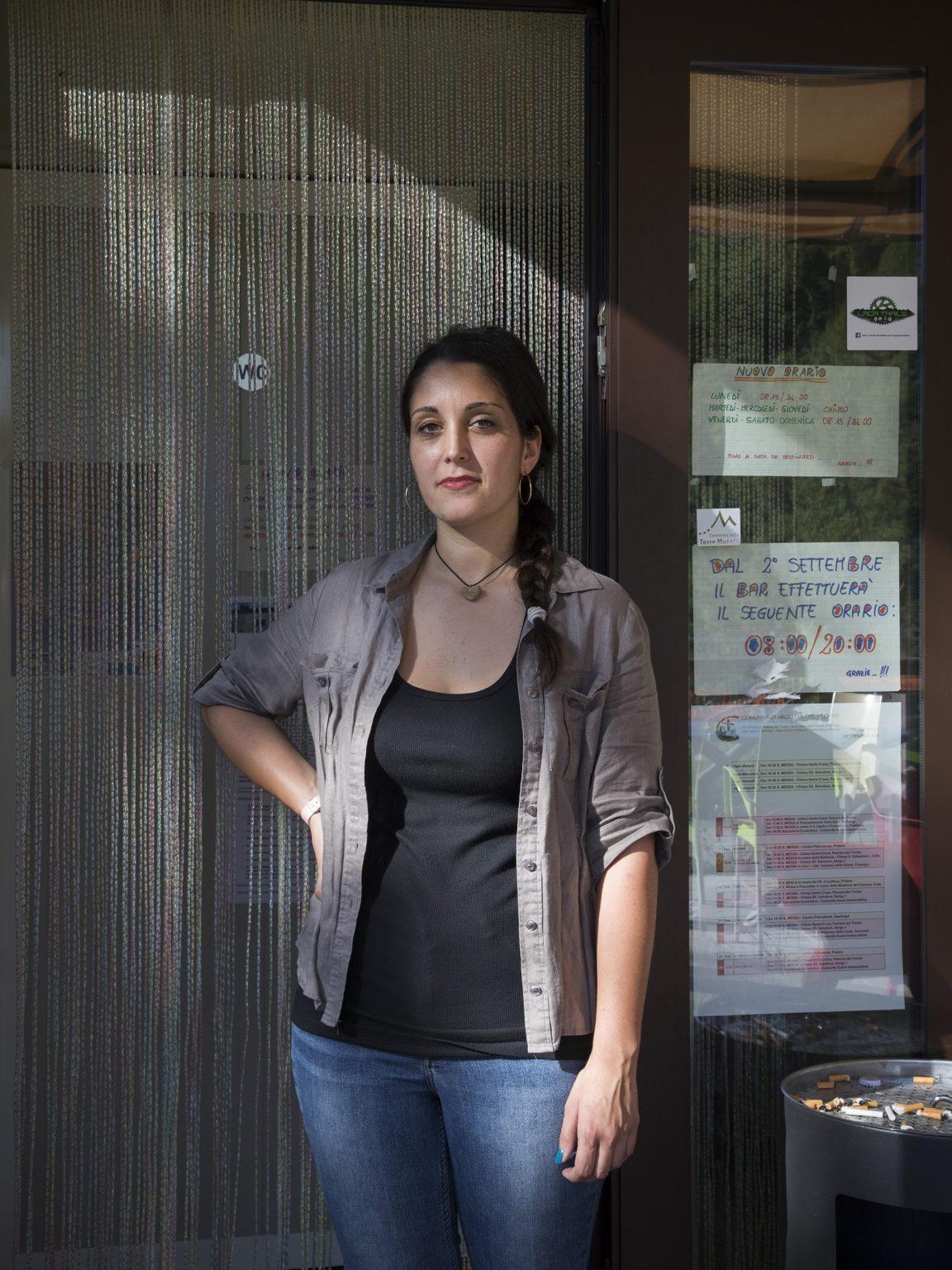 Margherita Melchiorre Margherita lavora come barista al villaggio temporaneo di Pedilama, frazione di Arquata del Tronto. Qui ha tutta la sua vita e i suoi amici, non vorrebbe lasciare il paese.