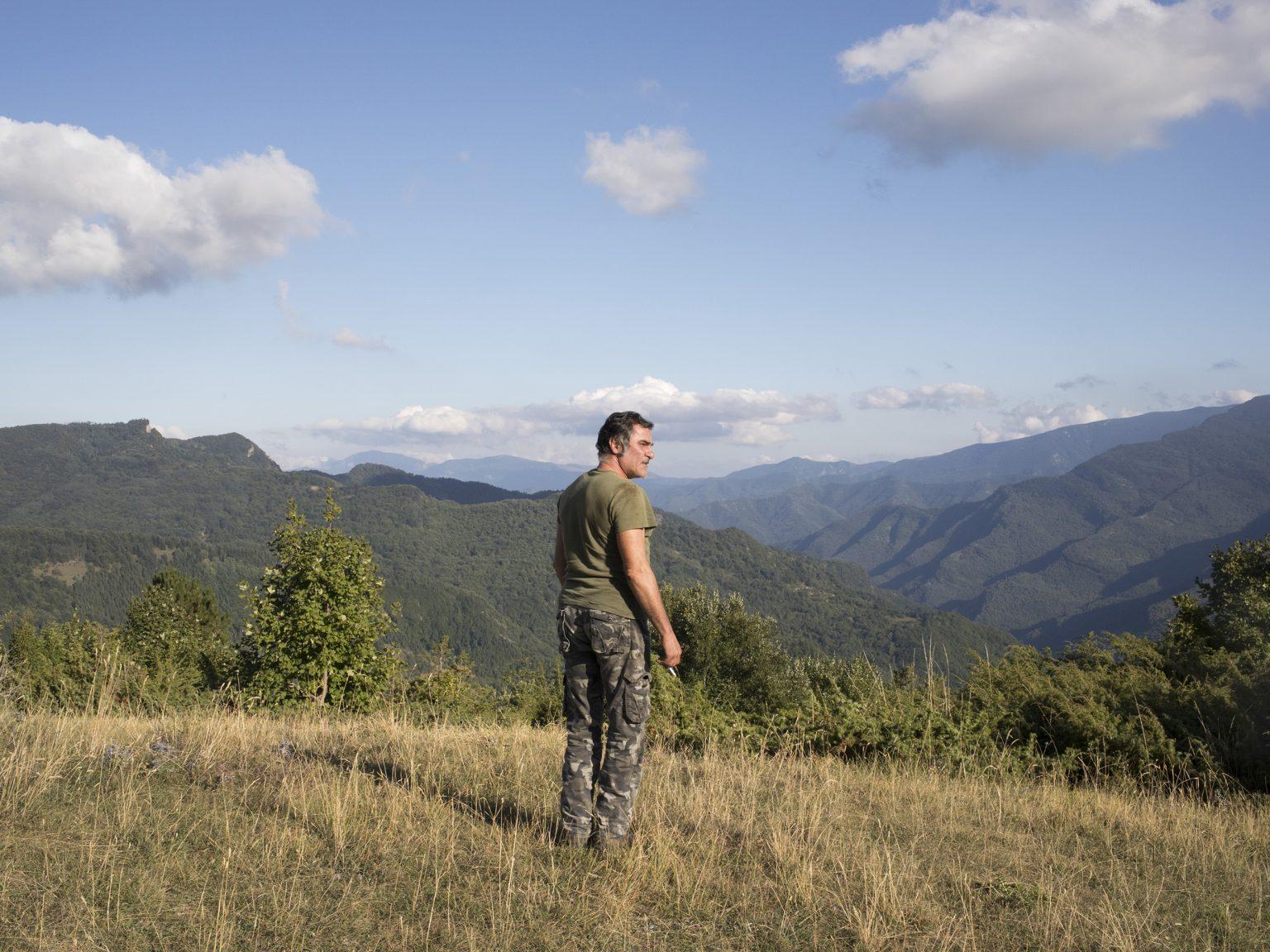 Pretare, settembre 2019 Vincenzo Lauri guarda la valle sotto il monte Vettore da una radura sopra Pretare, frazione di Arquata del Tronto. Era qui che da ragazzo veniva a vedere il tramonto con gli amici.