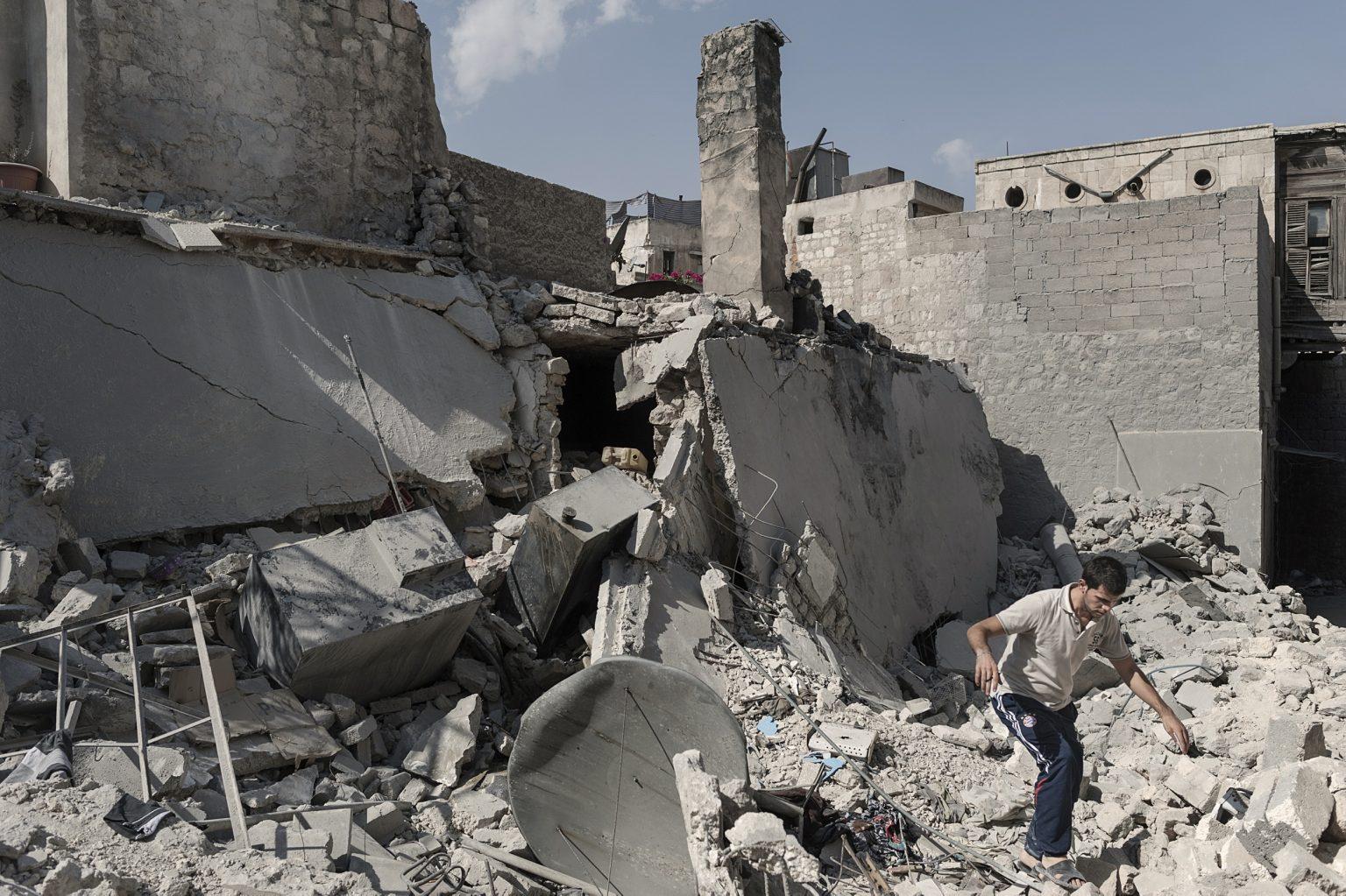 Aleppo, Syria September 29th 2012 - A man walks through the ruins of a bombed building ----------- Aleppo, Siria 29 settembre 2012 - Un uomo cammina tra le rovine di un edificio bombardato
