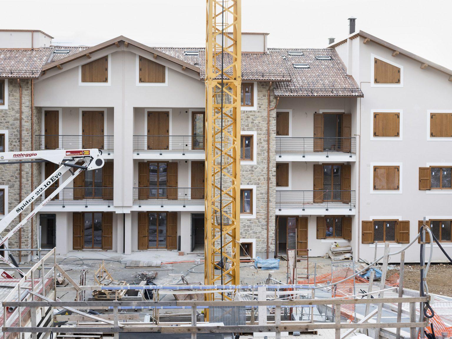 """Amatrice, febbraio 2021 Il cantiere del condominio """"Il Piceno"""", uno dei primi che sarà completato, 56 appartamenti per un investimento di 10 mln di euro. Iniziato nel 2018, ha subito dei rallentamenti a causa della pandemia ed è stato terminato ad aprile 2021."""