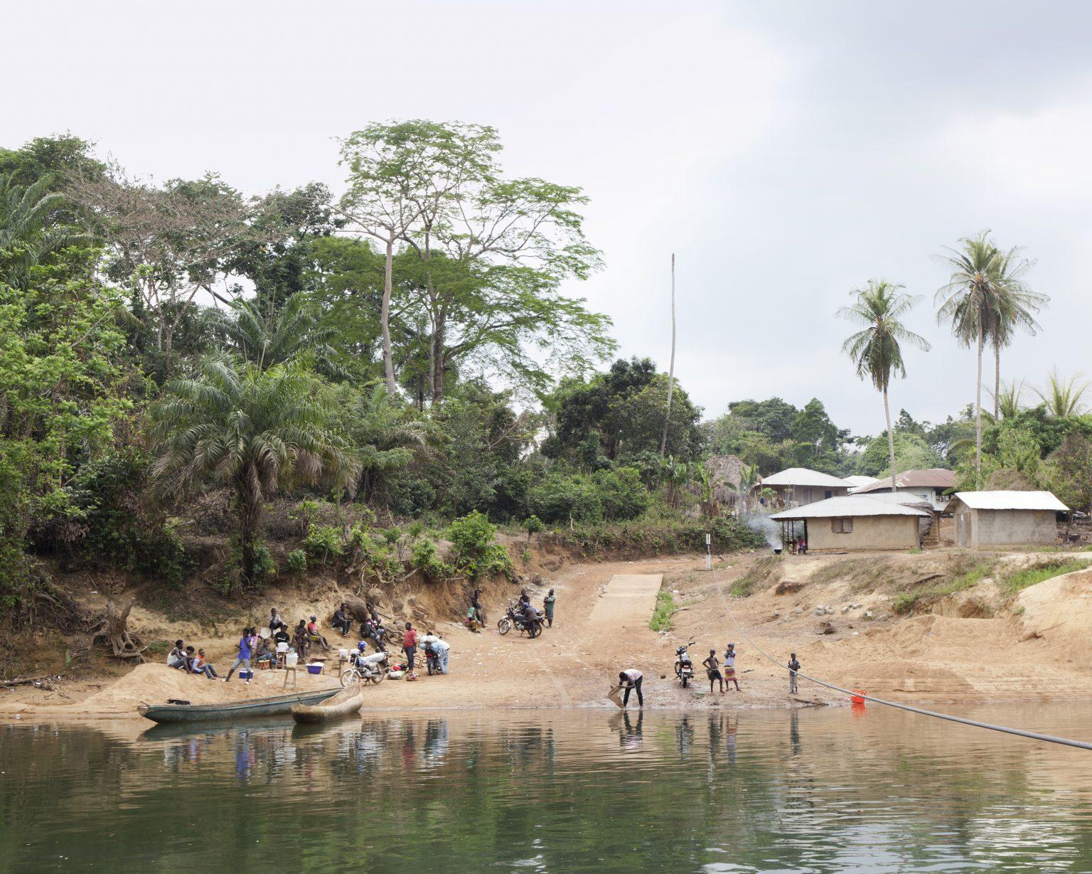 Mattru, Bonthe District (Sierra Leone). The river to cross to reach Mattru, the capital of the district. >< Mattru, distretto di Bonthe (Sierra Leone). Il fiume da attraversare per raggiungere Mattru, il capoluogo del distretto.