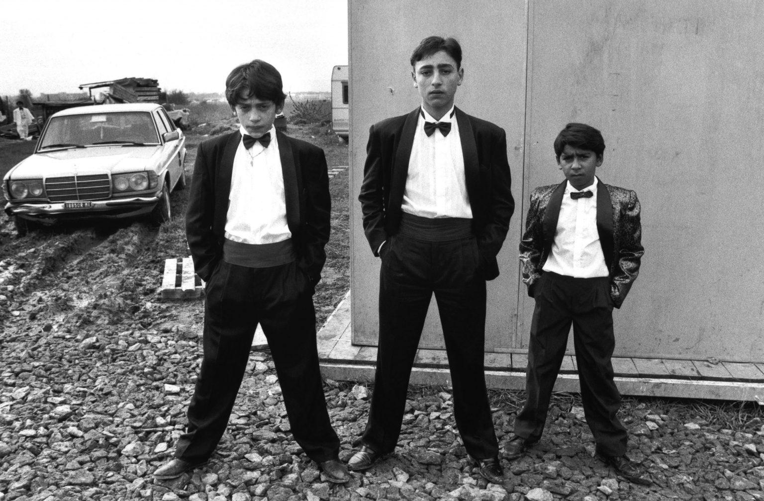 Florence , 1993 - Gypsies dressed for a wedding >< Firenze , 1993 - Zingari vestiti per un matrimonio