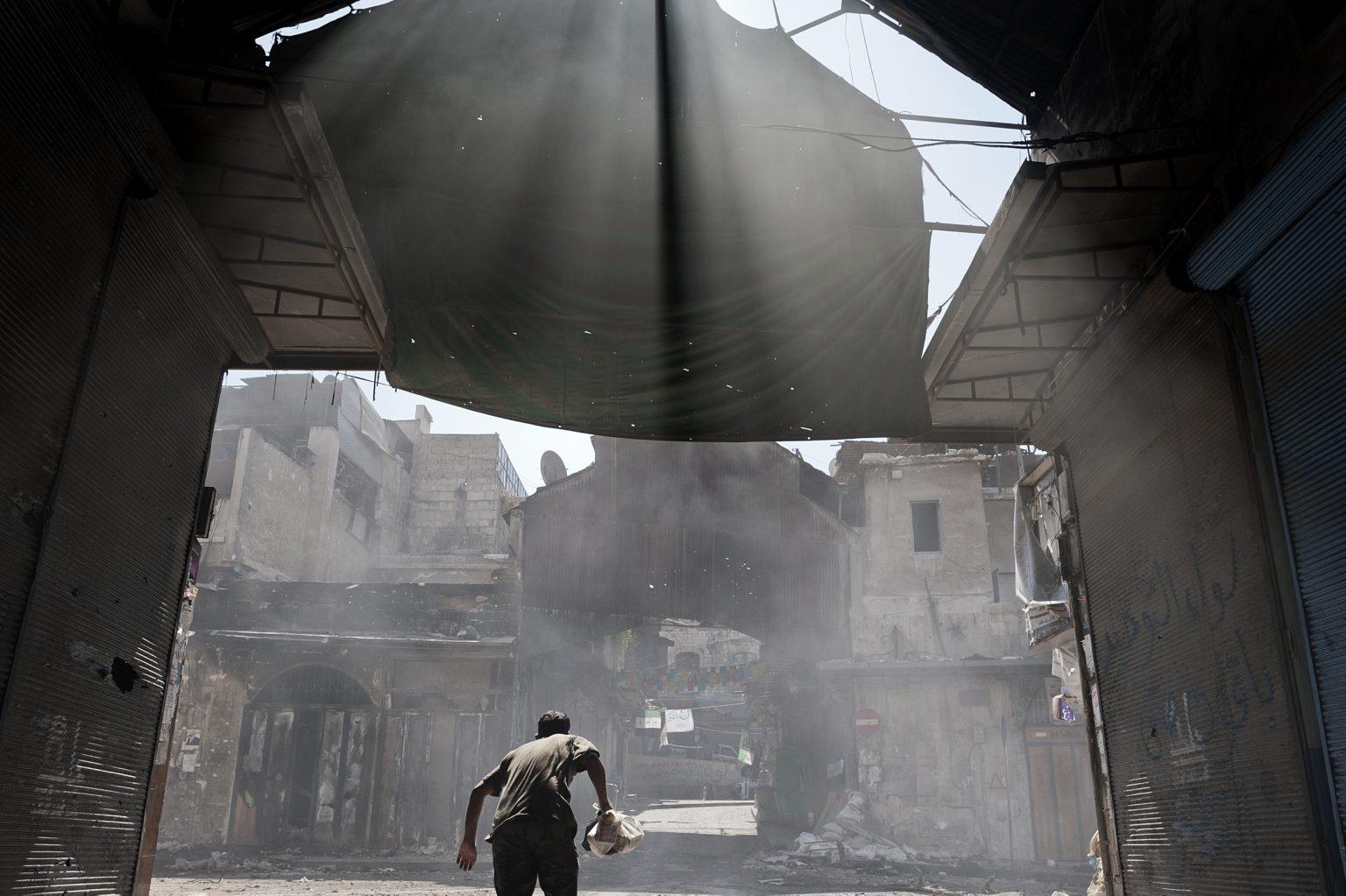Aleppo, Syria - September 25th 2012 - A man runs trying to avoid the shots of a regime sniper. ———————— Aleppo, Siria 25 Settembre 2012 - un uomo Corre cercando di evitare i colpi di un cecchino del regime.