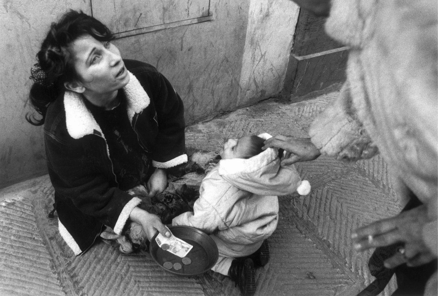 FLORENCE 1993 - GYPSIES BEGGING IN THE STREET - FIRENZE 1993 - ZINGARI CHIEDONO L' ELEMOSINA IN STRADA .