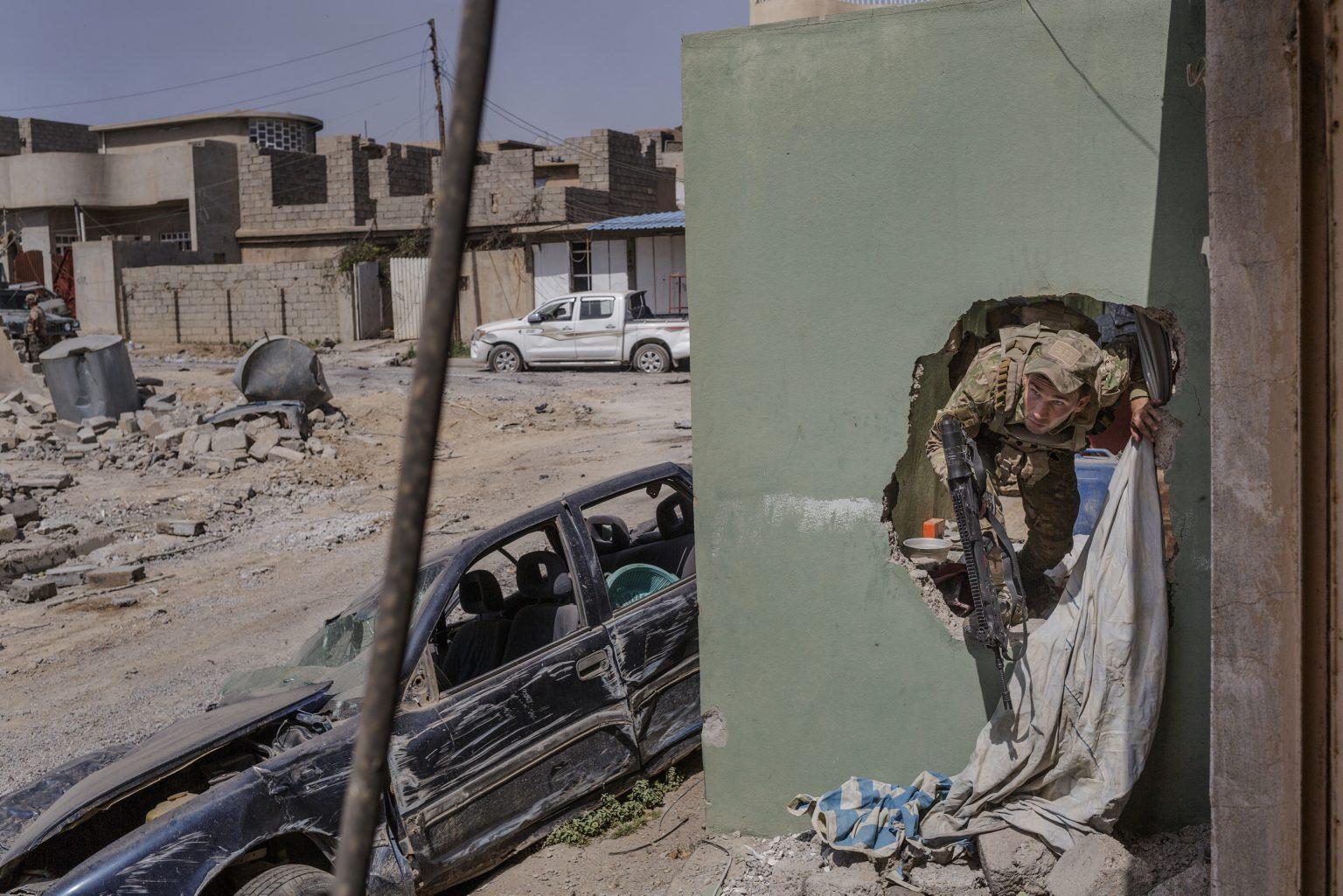 Mosul, Iraq, May 14th 2017 - Iraqi soldier from the ERD (Emergency Response Division) di vision during an operation to retake the north west of city from the Islamic State. ----------- Mosul, Iraq, 14 maggio 2017 - Soldato iracheno dell'ERD (Emergency Response Division) di vision durante un'operazione per riconquistare il nord ovest della città dallo Stato Islamico.