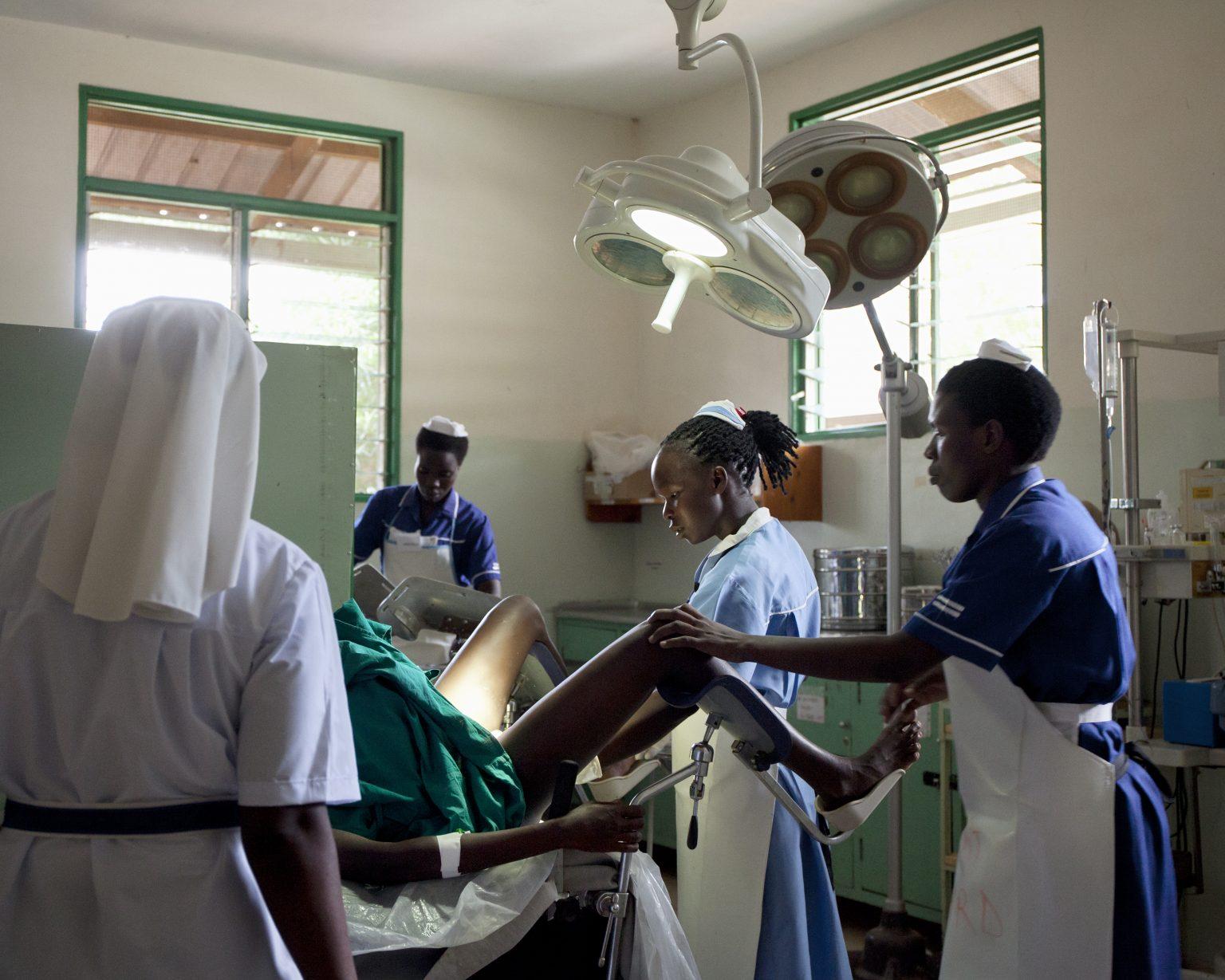 Karamoja region (Uganda). In Matany Hospital, the biggest of the region, Clementine is giving birth to her fourth child. >< Regione della Karamoja (Uganda). Nell'ospedale di Matany, il più grande della regione, Clementine sta partorendo il suo quarto figlio.