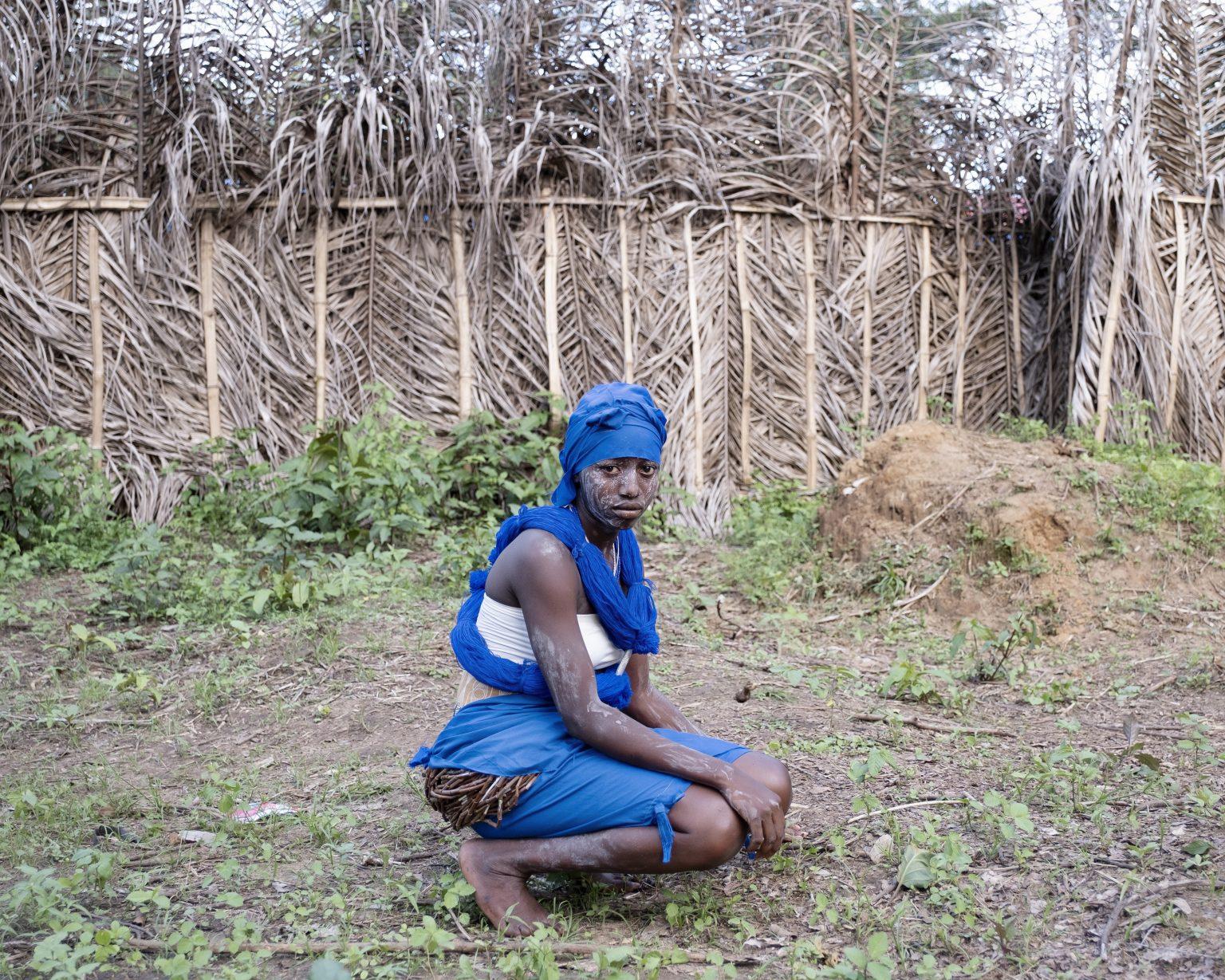 """Northwestern Liberia, October 2019 - A Sande girl. When they are initiated into the """"bush school"""", the girls dropout regular studies and often do not return to school. The rate of female illiteracy in Liberia, among women aged 15-24, is in fact 56%, compared to 35.3% of young men.  ><  Liberia nord-occidentale, ottobre 2019 - Una ragazza Sande. Quando entrano nella """"scuola nella foresta"""", le giovani lasciano gli studi regolari e spesso non vi fanno ritorno. Il tasso di analfabetismo femminile in Liberia, tra le donne di 15-24 anni, è infatti del 56%, contro il 35,3% dei coetanei maschi."""