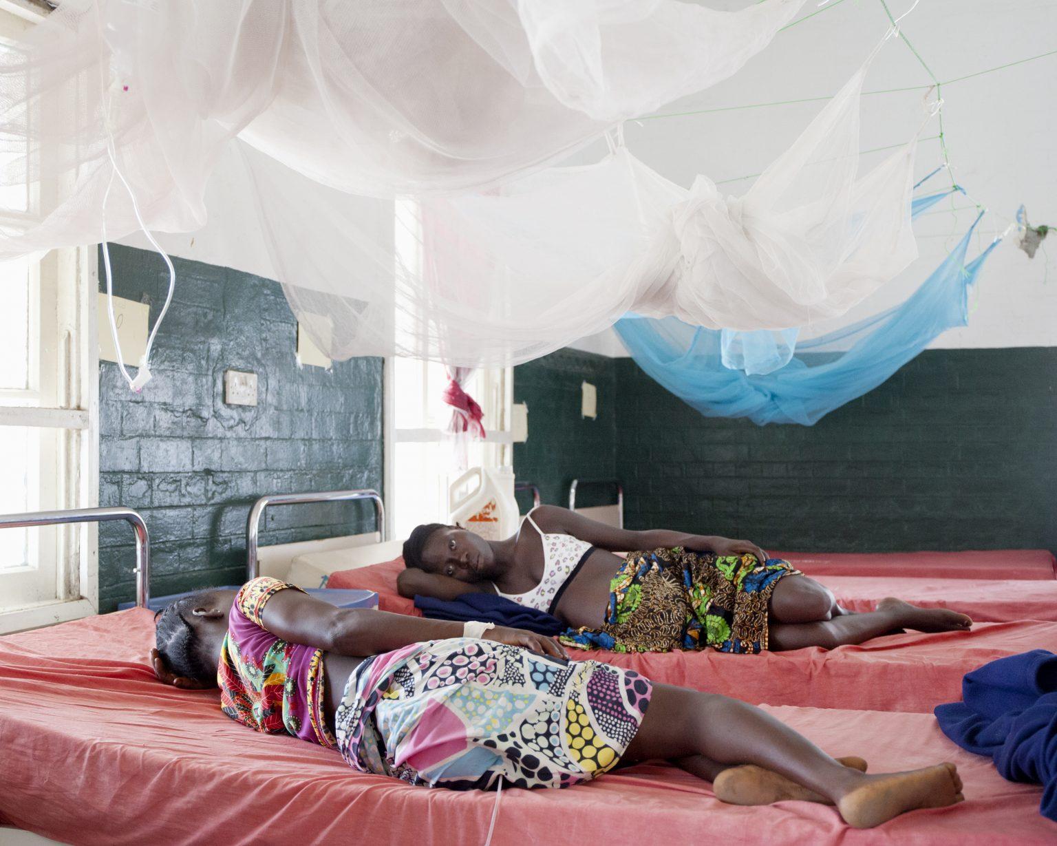 Bonthe (Sierra Leone). In Bonthe hospital, Francess and Kadi rest in the maternity ward. >< Bonthe (Sierra Leone). All'ospedale di Bonthe, Francess e Kadi riposano nel reparto maternità.