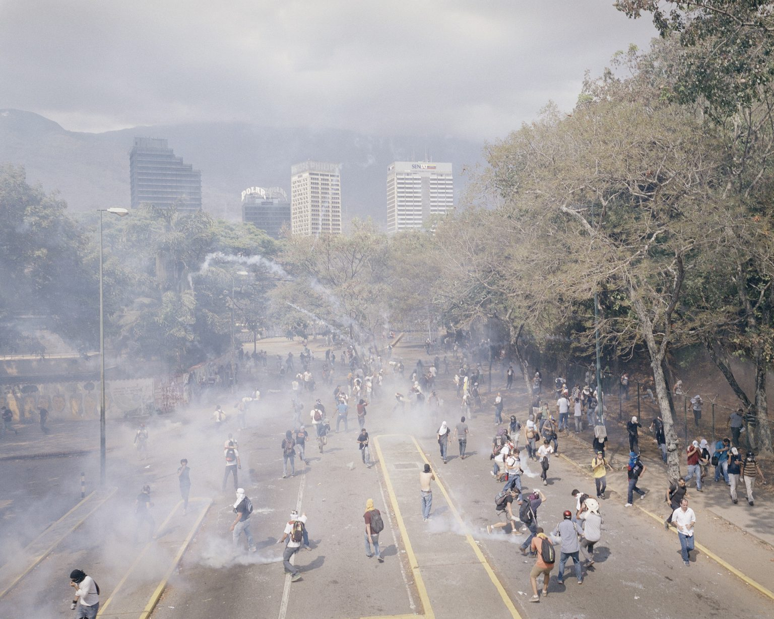 Clashes between the student movements of opposition and the National Guard near the Central University.