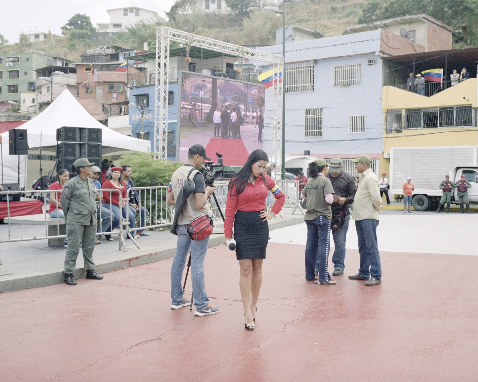 The gouvernment Tv presenter waiting for the live during the cerimony of one year after the death of Chavez.