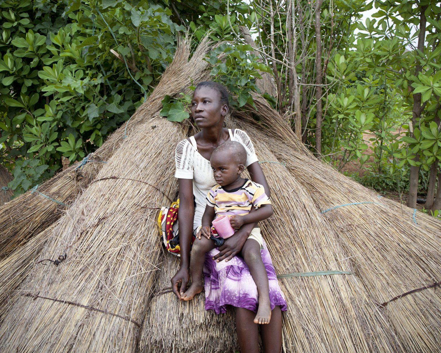 Lorengechora village, Karamoja region (Uganda). Betty Akol, 22, had three pregnancies. During the last one, complications arose due to her severe malnutrition. She and her husband are too poor to buy food and don't have a piece of land to grow. >< Villaggio di Lorengechora, regione della Karamoja (Uganda). Betty Akol, 22 anni, ha avuto tre gravidanze. Nel corso dell'ultima sono sorte complicazioni dovute alla sua grave malnutrizione. Lei e il marito sono troppo poveri per comprarsi del cibo e non possiedono un pezzo di terra da coltivare.