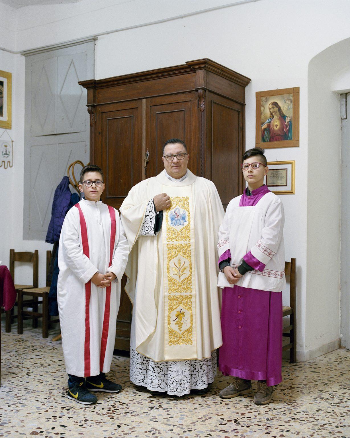 Don Sergio con 2 chierichetti, Nocera Terinese (CZ), marzo 2016