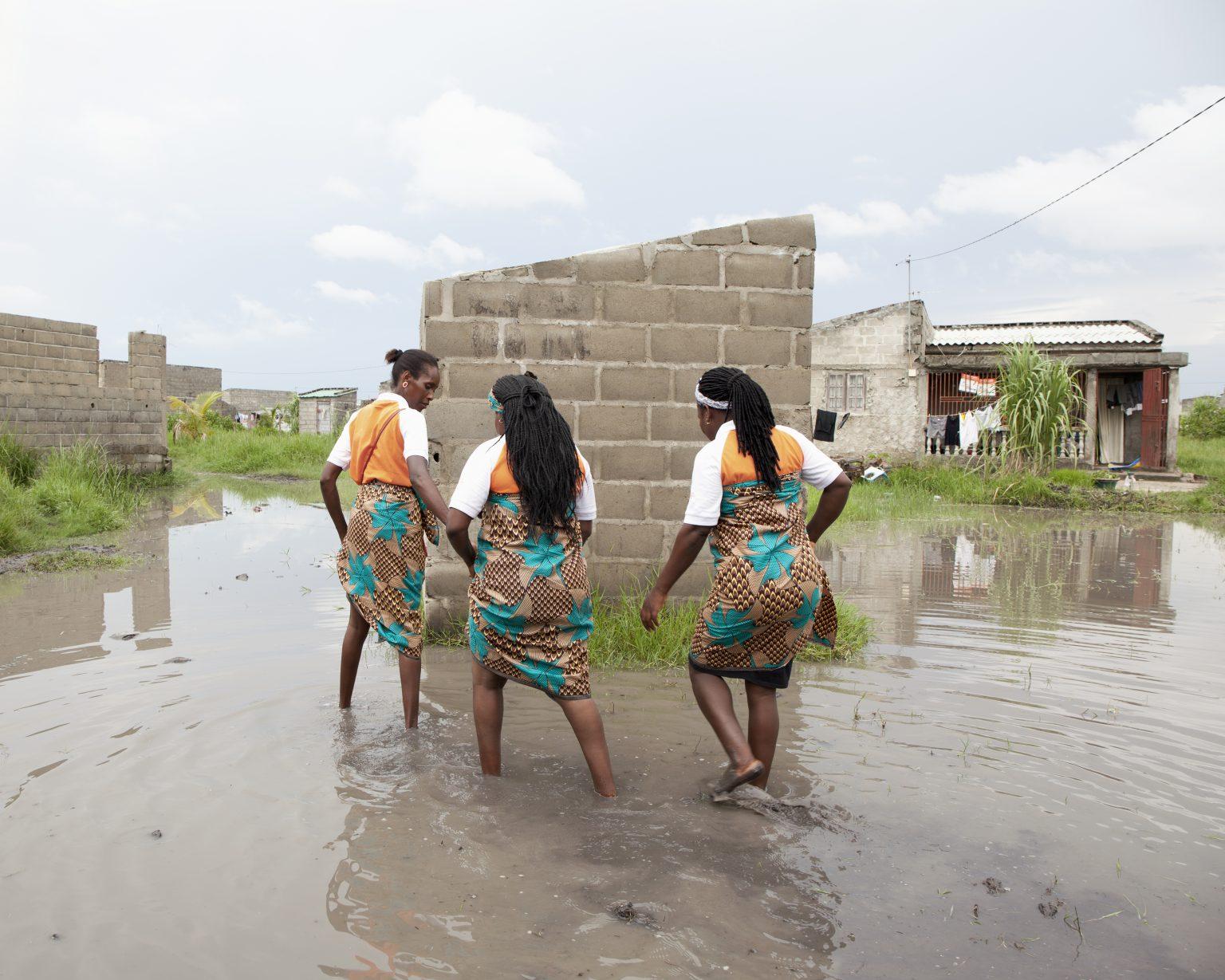 Beira (Mozambique). In the suburban area of Macurungo, women of the Kuplumussana association are engaged in their main activity: the recovery of Hiv-positive women and children to antiretroviral therapy, providing them an economic and psychosocial support, sometimes including food. Born as a spontaneous group of Hiv-positive women, they have been the first women ever, in Mozambique, to publicly declare, and without any shame, to be Hiv-positive.  ><  Beira (Mozambico). Nel quartiere periferico di Macurungo, le donne dell'associazione Kuplumussana sono impegnate nella loro attività principale: il recupero alla terapia antiretrovirale di donne e bambini sieropositivi, fornendo loro sostegno economico e psicosociale, talvolta anche alimentare. Nate come gruppo spontaneo di donne sieropositive, sono state le prime donne in Mozambico a dichiarare pubblicamente e senza vergogna di essere sieropositive.