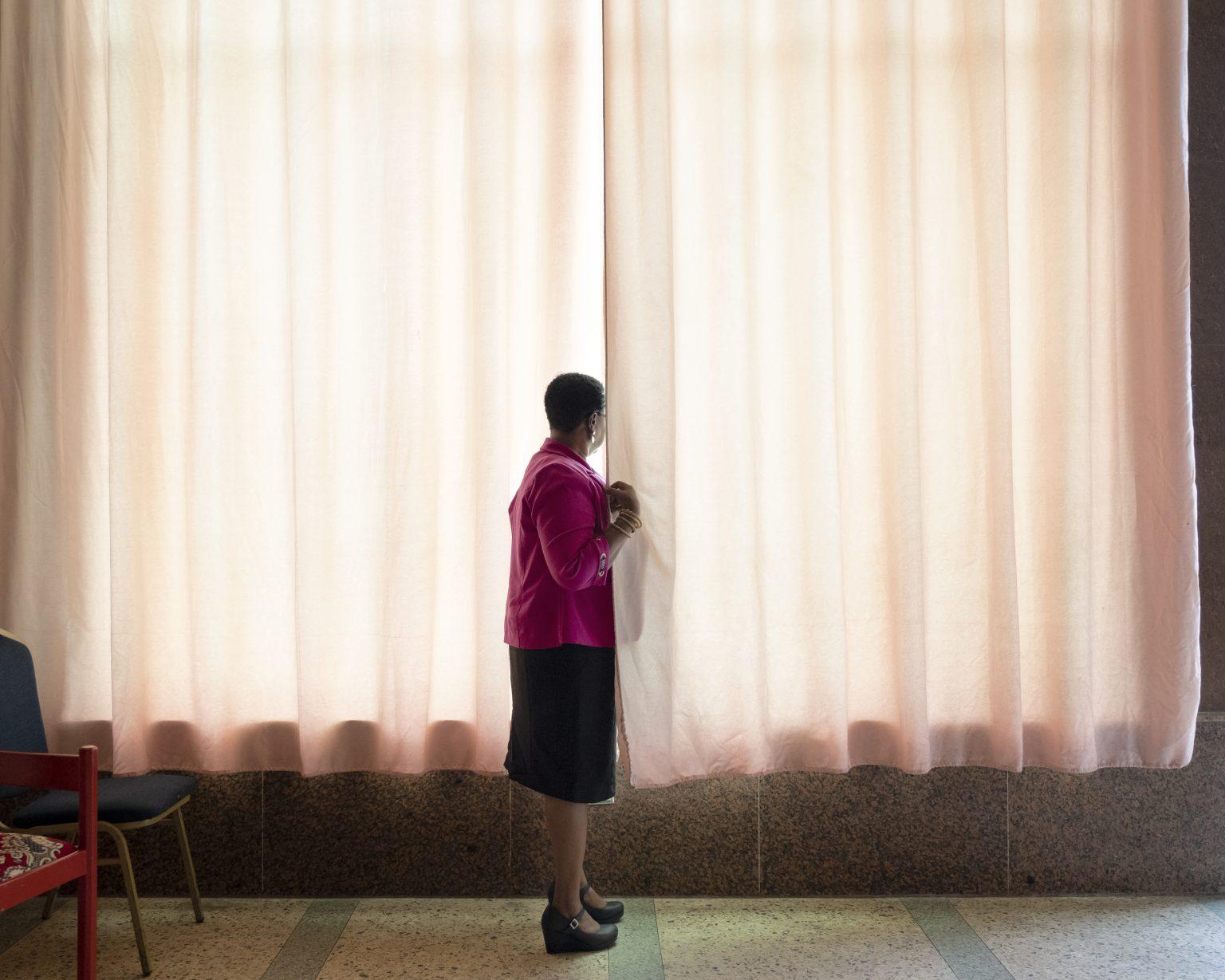 Monrovia (Liberia), October 2019 -  Neenai G., 47, is a Zoe by descent. She never wanted to perform female genital mutilation because the trauma of the cut she suffered accompanied her throughout her life. For having unveiled the psychological manipulation operated by the Zoe on girls, and having started awareness campaigns on women's rights in rural areas, she is threatened by the Sande societies and she can't reveal her identity to the media. >< Monrovia (Liberia), ottobre 2019 -  Neenai G., 47 anni, è una Zoe per discendenza. Non ha mai voluto praticare la mutilazione genitale femminile perché il trauma del taglio da lei stessa subìto l'ha accompagnata per tutta la vita. Per aver svelato la manipolazione psicologica operata dalle Zoe sulle ragazze, e avviato una sensibilizzazione sui diritti delle donne nelle aree rurali, è minacciata dalle società Sande e non può svelare la sua identità ai media.