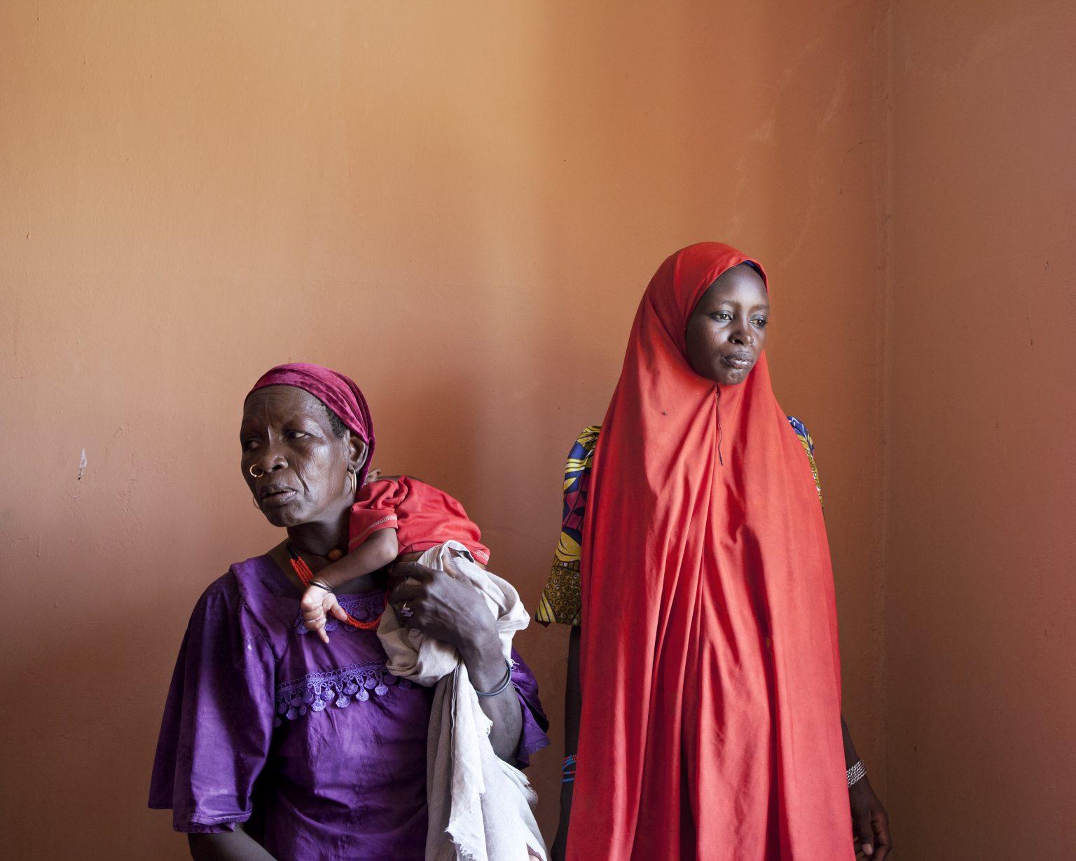 Gajiganna, Borno State (Nigeria). Primary health center. Yafati Bukar and her daughter Fanda escaped to Gajiganna when Boko Haram arrived in their village. During labor, Fanda had convulsions and gave birth in a car before reaching the hospital. Her child Modu Ali was born with a cerebral paralysis. >< Gajiganna, Stato di Borno (Nigeria). Centro di salute primario. Yafati Bukar e sua figlia Fanda sono scappate a Gajiganna con l'arrivo di Boko Haram nel loro villaggio. Durante il travaglio, Fanda ha avuto delle convulsioni e ha partorito in macchina prima di raggiungere l'ospedale. Suo figlio Modu Ali è nato con una paralisi celebrale.