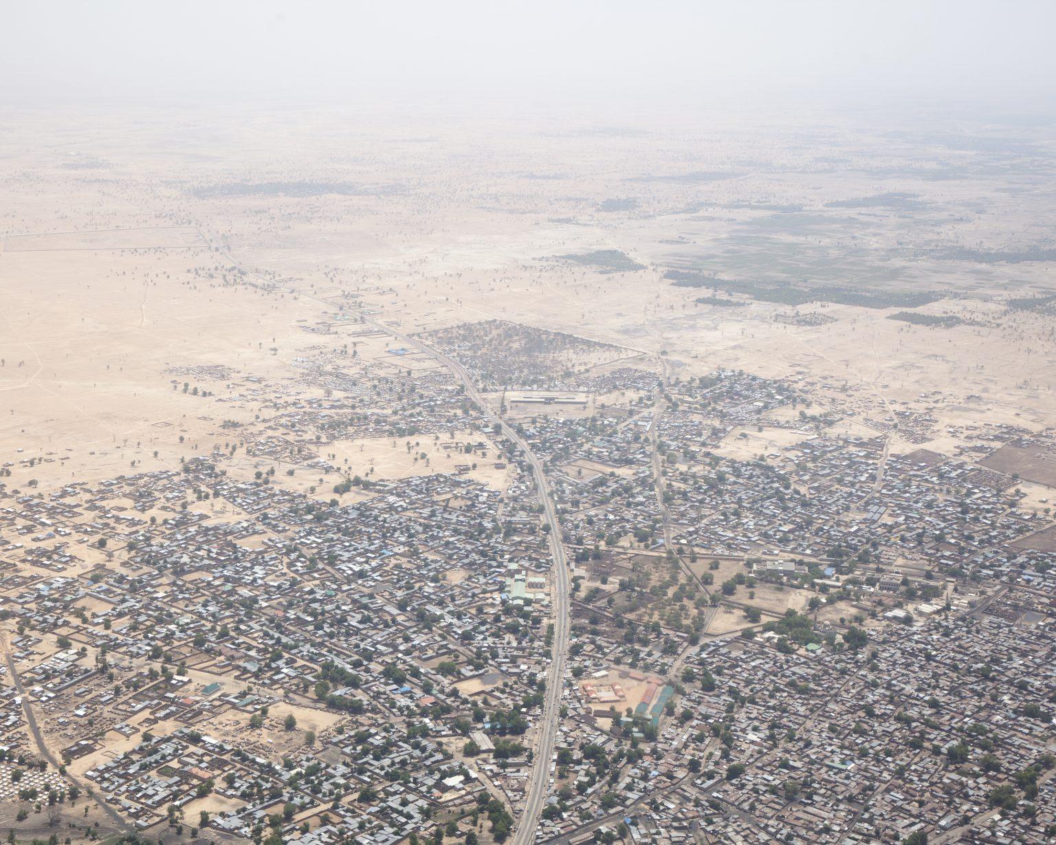 Borno State (Nigeria). The capital of Borno State, Maiduguri, seen from the helicopter. The roads towards the main towns of the State, such as Ngala and Bama, are dangerous to travel due to the high risk of mines and of attacks by Boko Haram. >< Stato di Borno (Nigeria). Maiduguri, capitale dello Stato nigeriano di Borno, vista dall'elicottero. Le strade che raggiungono le città principali dello Stato, come Ngala e Bama, sono pericolose da percorrere a causa dell'alto rischio di mine e di subire attacchi da parte di Boko Haram.