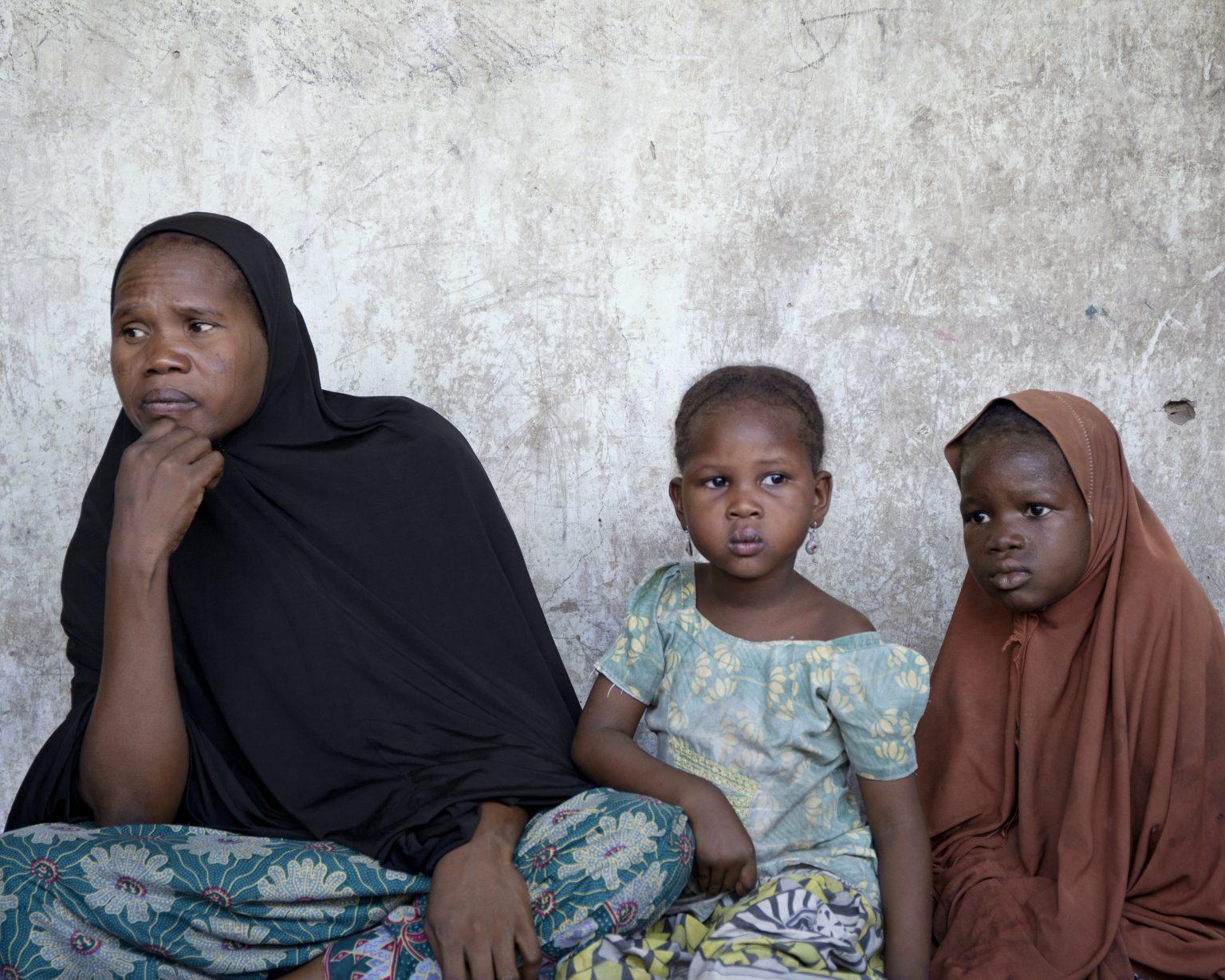 Gamboru Ngala, Borno State (Nigeria). Bintu Mohammed, 40, had four children when the conflict started. Two of them have been kidnapped by Boko Haram; another one died before being born five years ago, when she arrived in Gamboru Ngala. >< Gamboru Ngala, Stato di Borno (Nigeria). Bintu Mohammed, 40 anni, aveva quattro figli quando è iniziata la guerra civile. Due le sono stati rapiti da Boko Haram; un altro è morto prima di nascere cinque anni fa, quando lei è arrivata a Gamboru Ngala.
